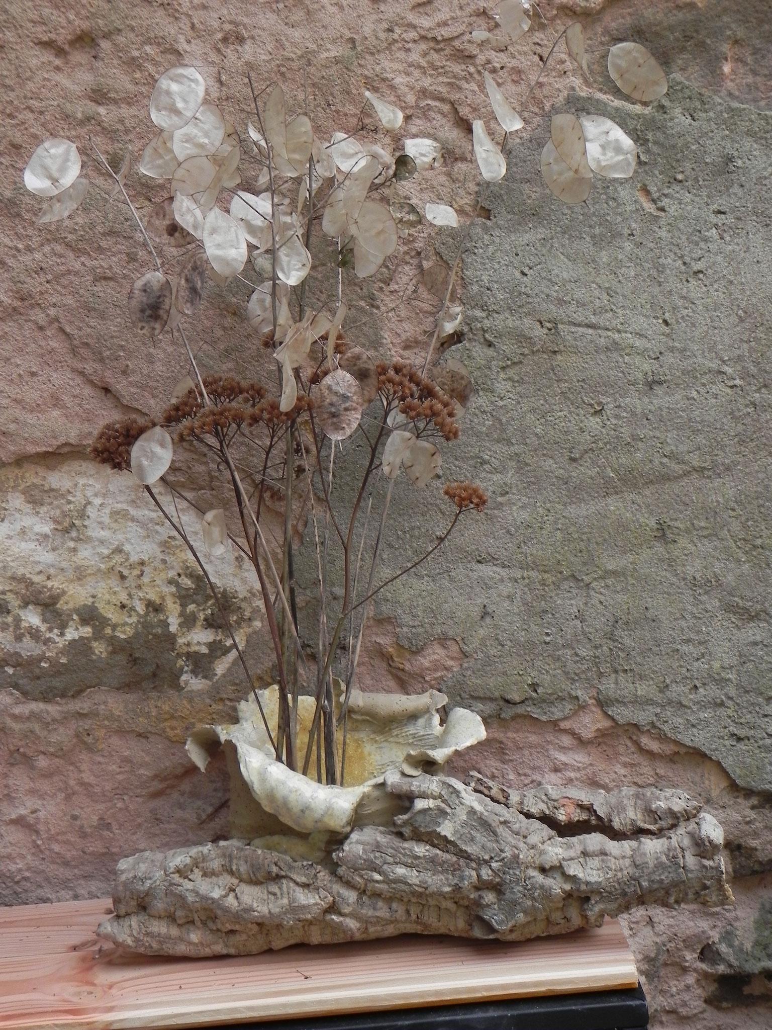 Vasenobjekt in angeschwemmter Korkeichenrinde