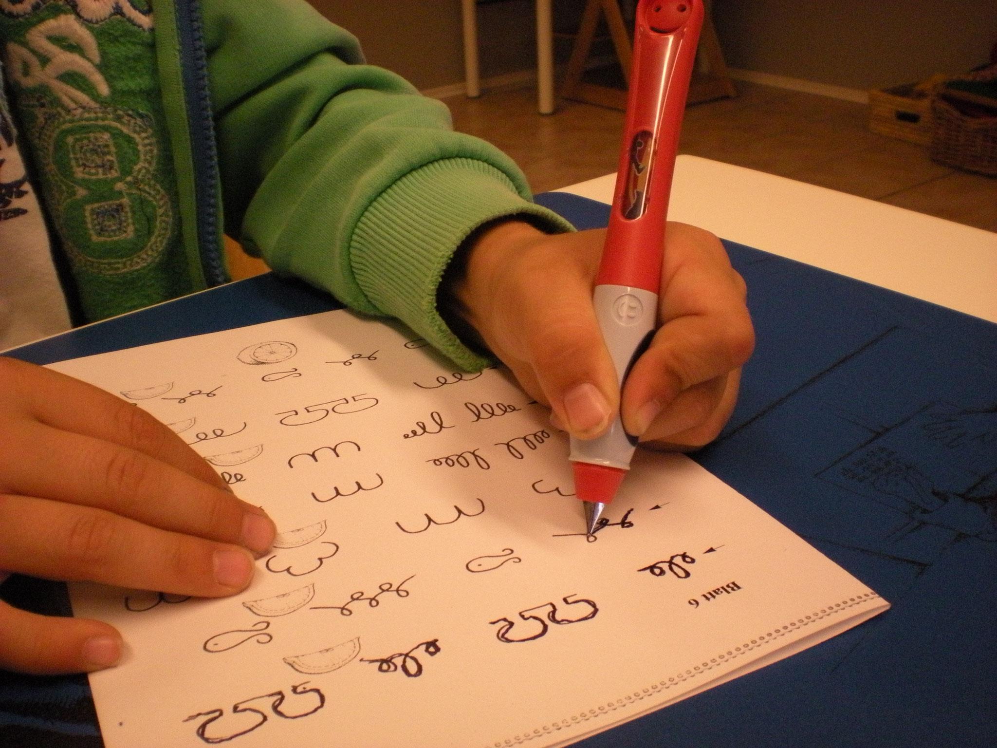 Nachspurübungen eines Kindes mit dem Füller