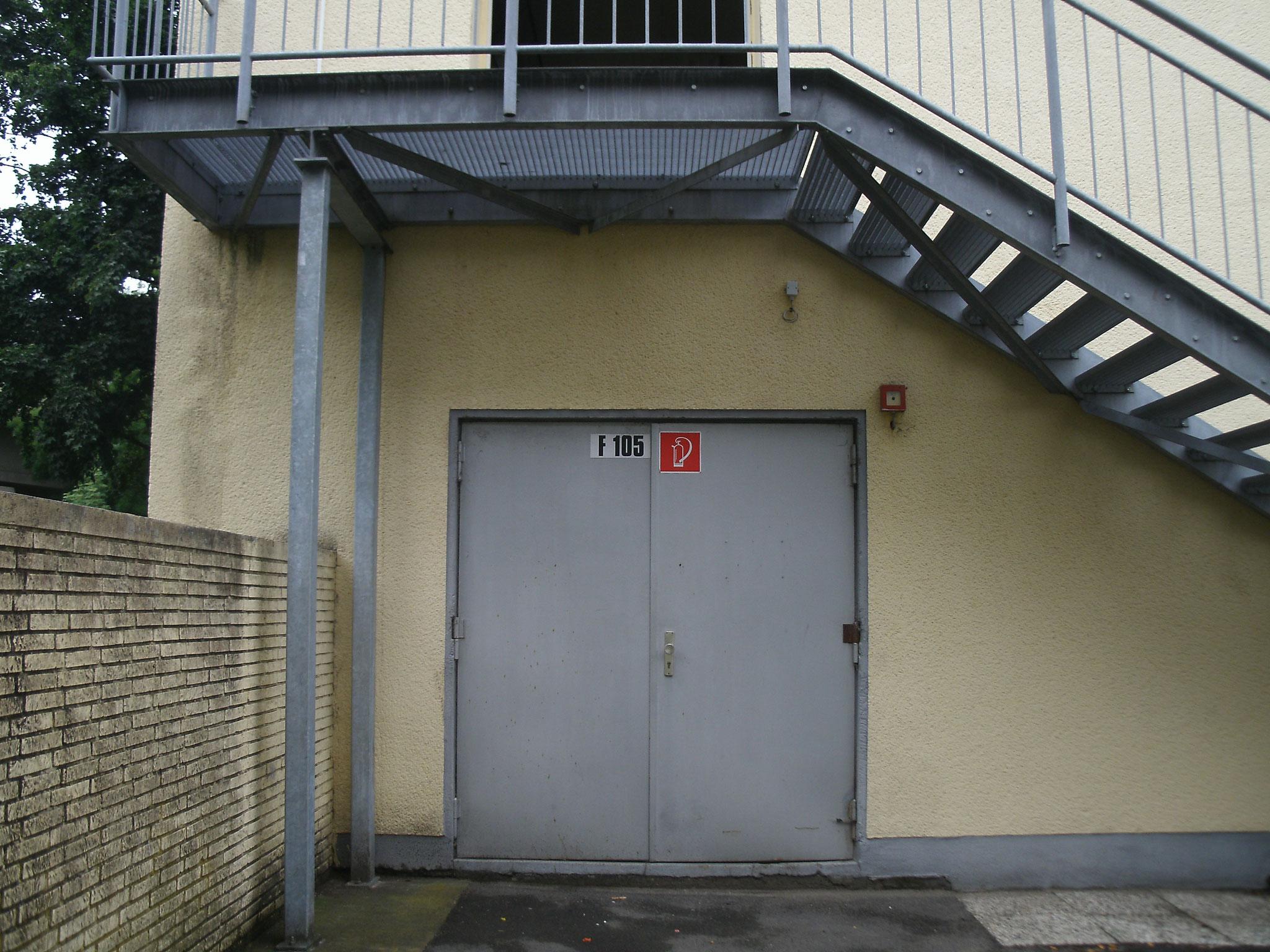 Die Tür an der Seite der Gymnastikhalle.