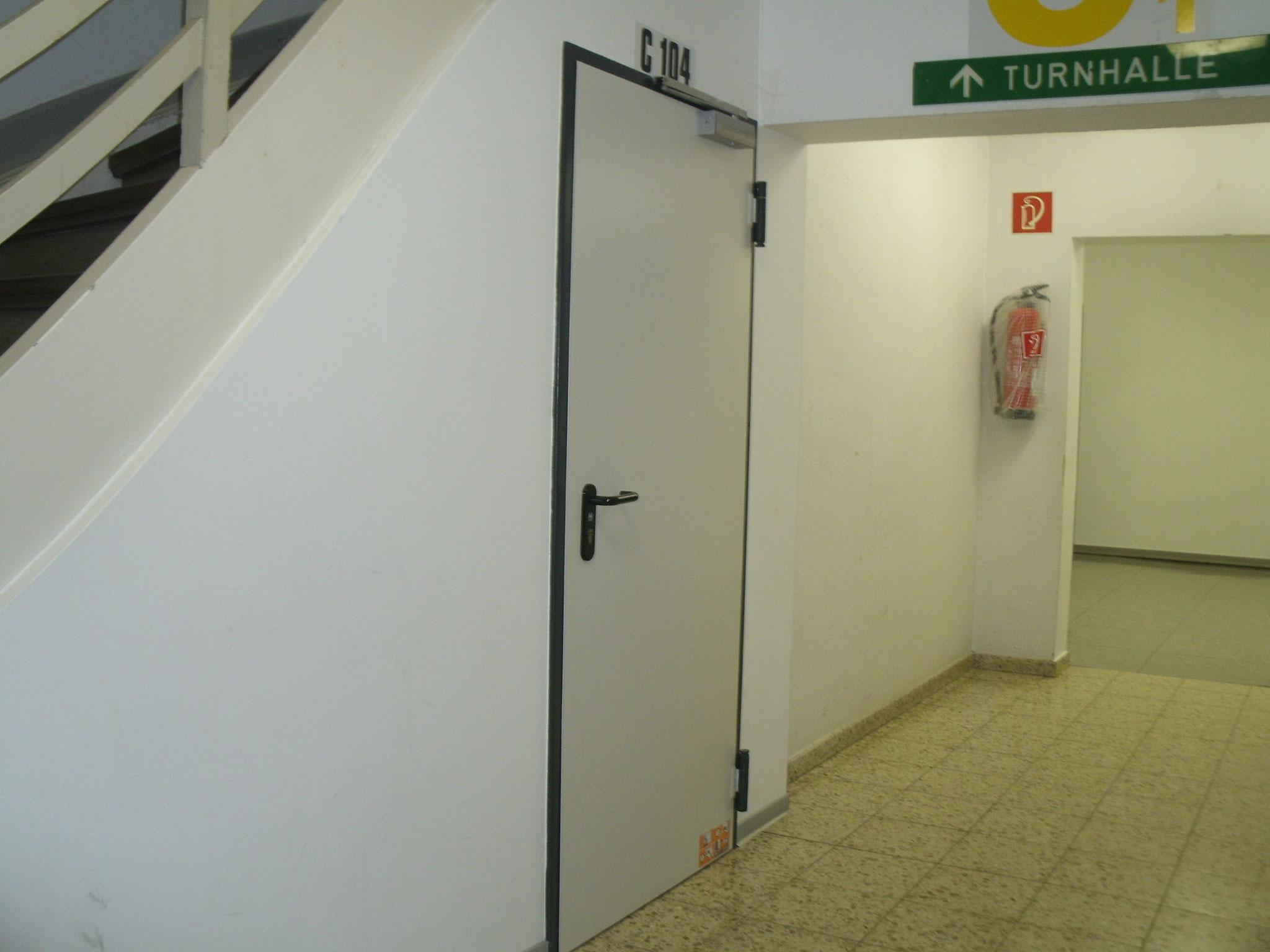 Die Tür auf dem Weg zur Turnhalle.