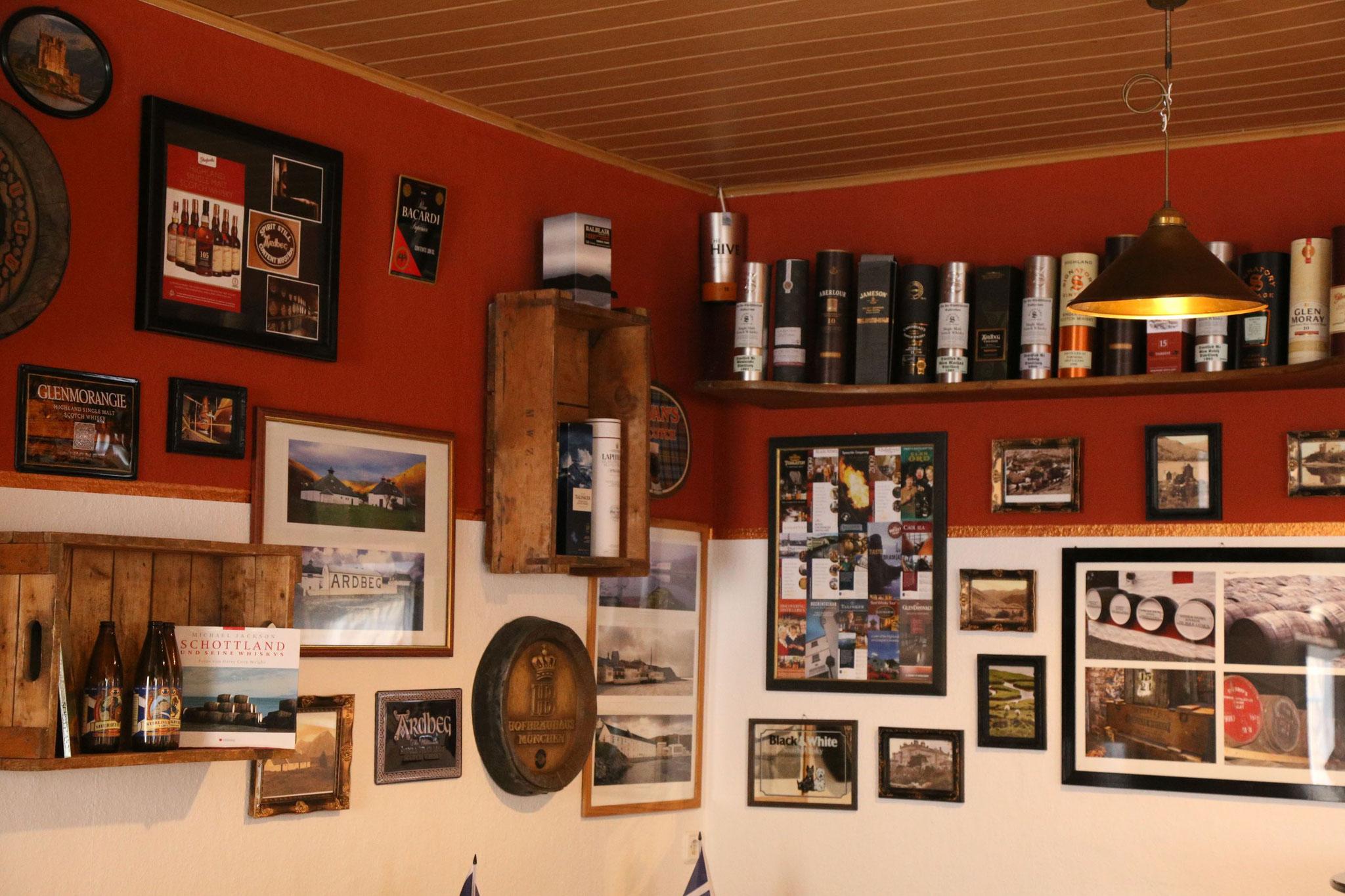 Deko mit Bezug zu Whisky, Bier und Schottland