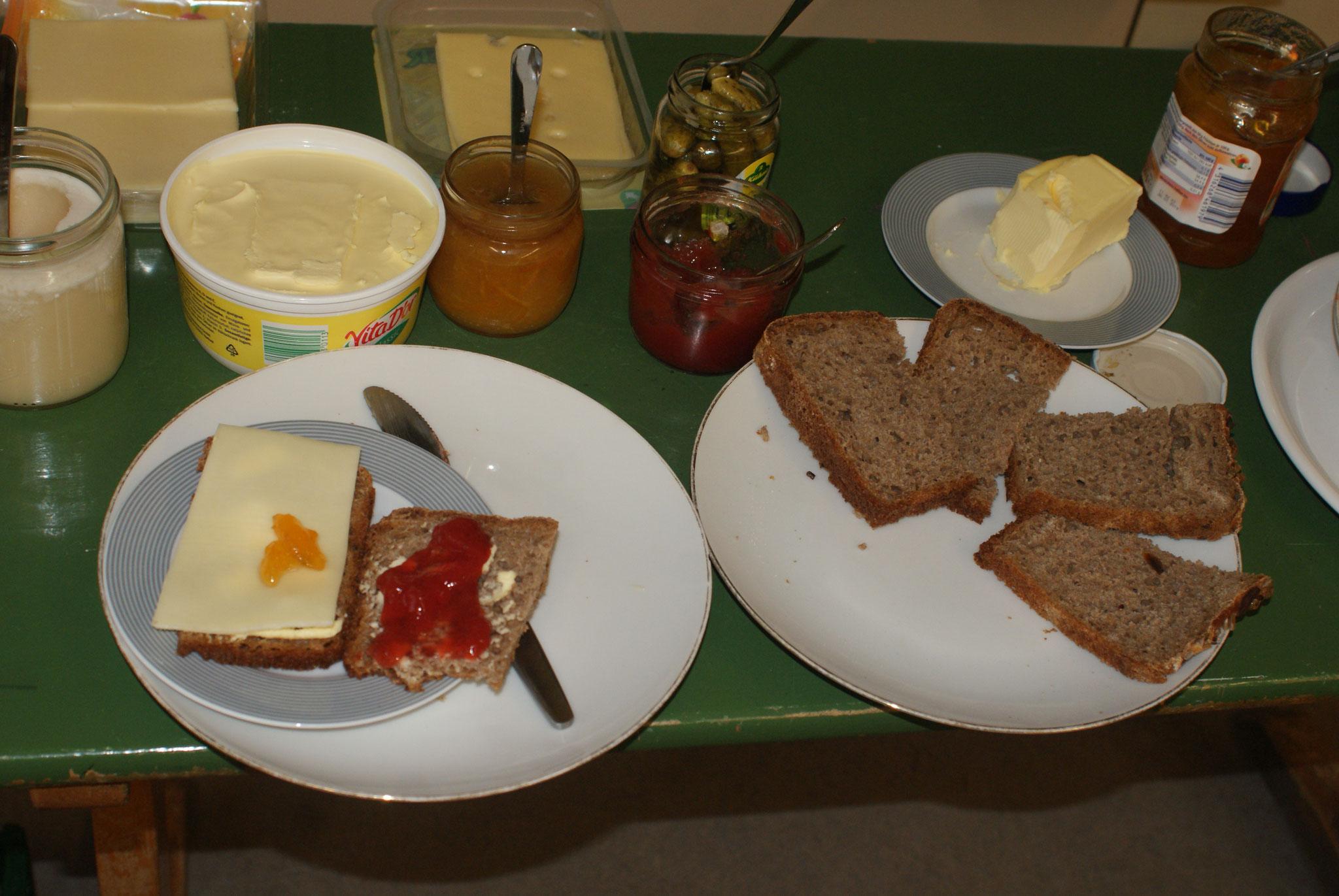Lecker - Marmelade und Käse auf unserem selbstgebackenen Brot