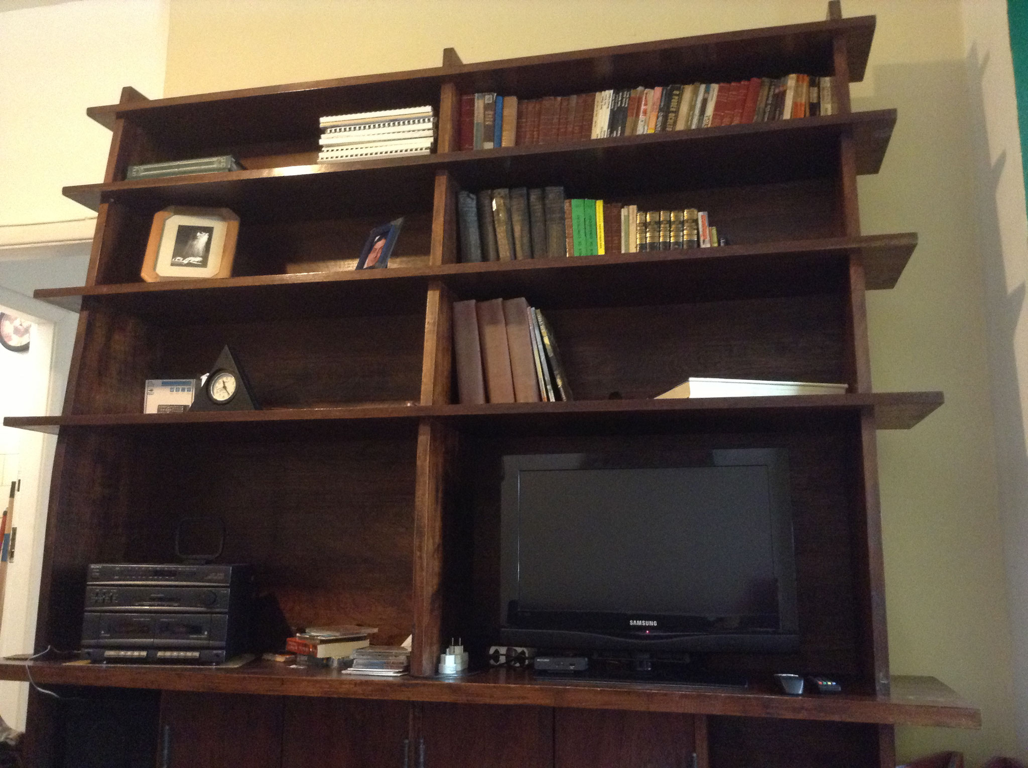 der Wohnzimmerschrank mit Fernseher