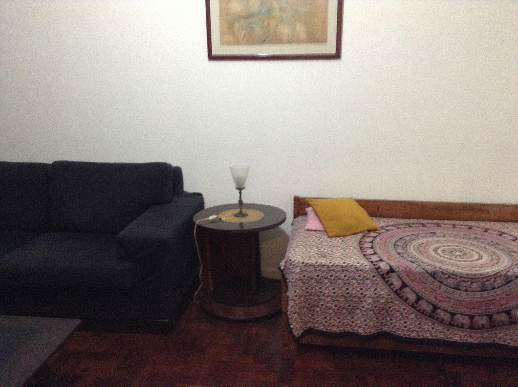 """Sofa und """"Bicama"""" (Ausziehbett) im Wohnzimmer"""