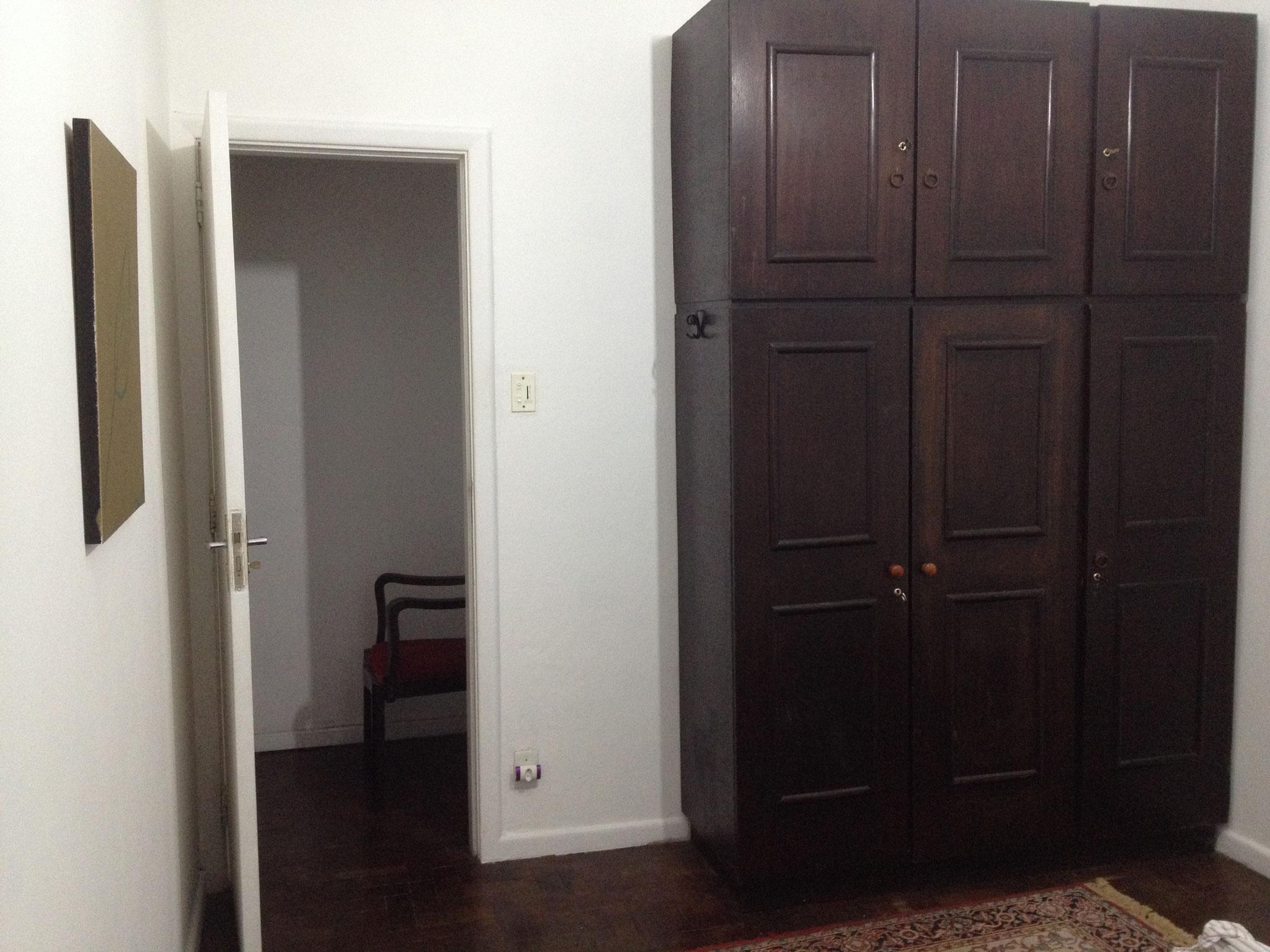 Tür und Schrank im zweiten Schlafzimmer