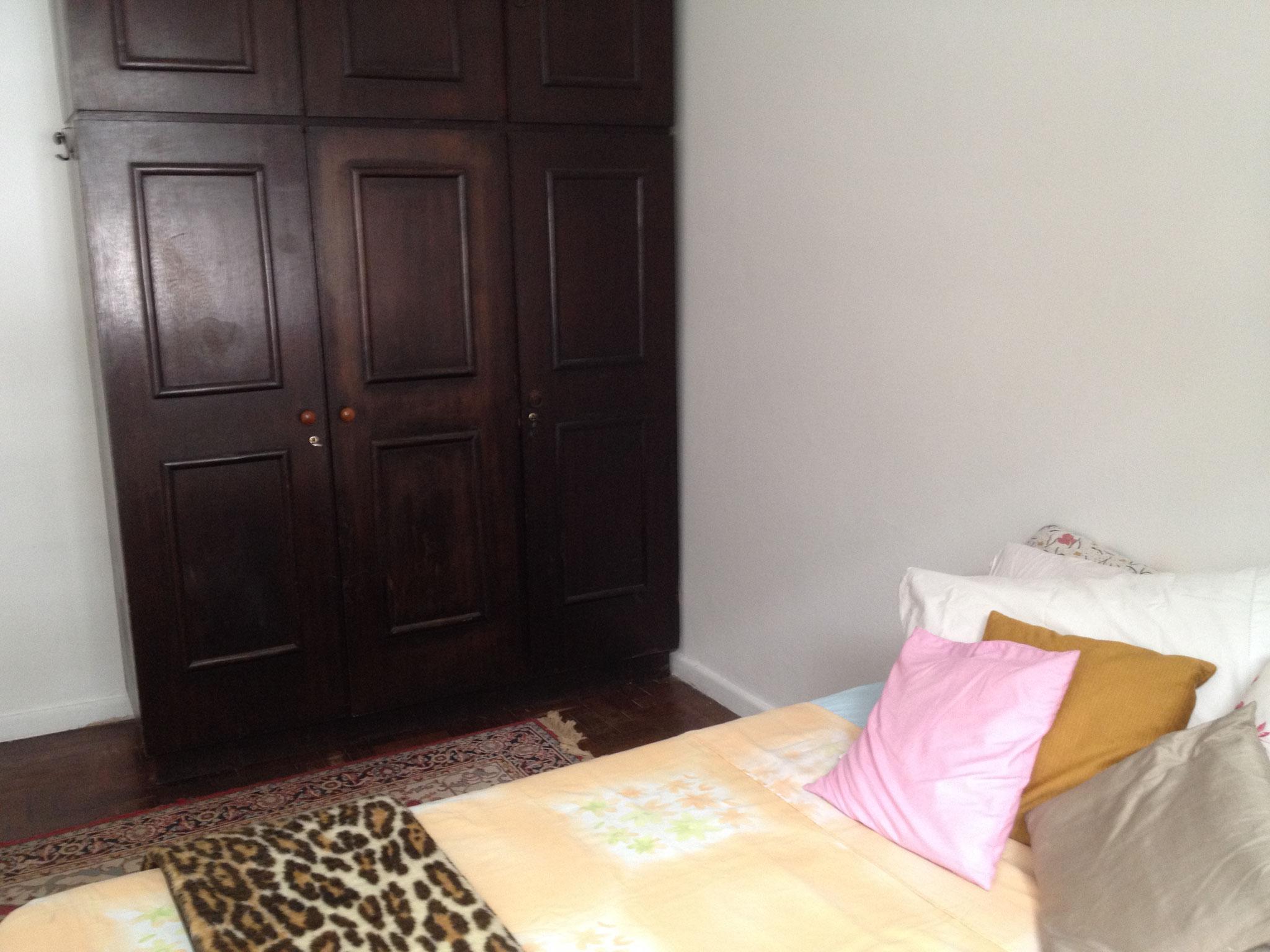 Bett und Schrank im zweiten Schlafzimmer