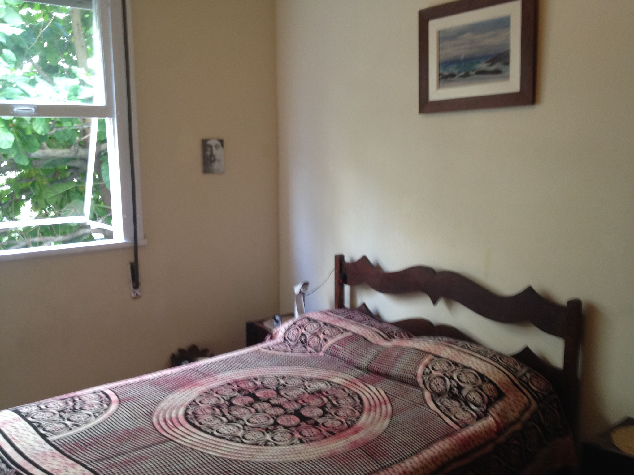 Doppelbett im ersten Schlafzimmer
