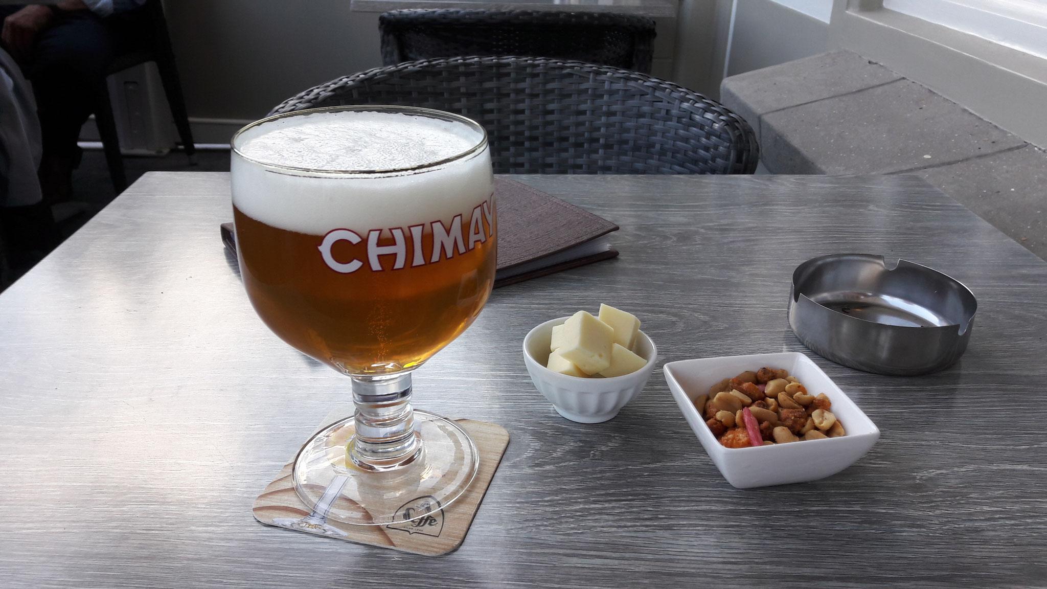 belgisches Bier, serviert mit Knapperzeug und Käse, lecker