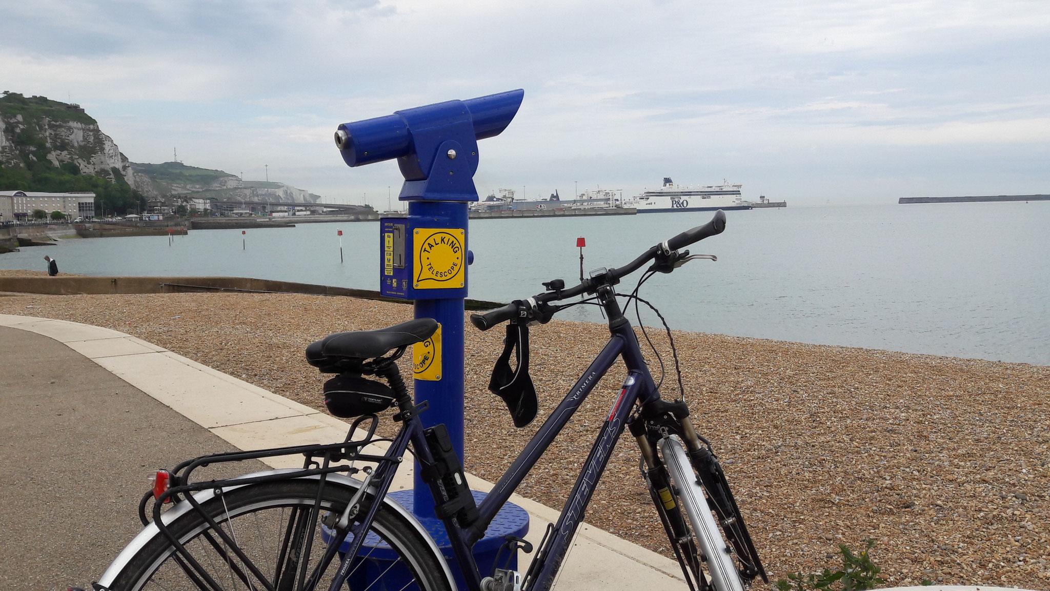 Am Strand mein Fahrrad frei von meiner Last hält gleich eine ganze Fähre
