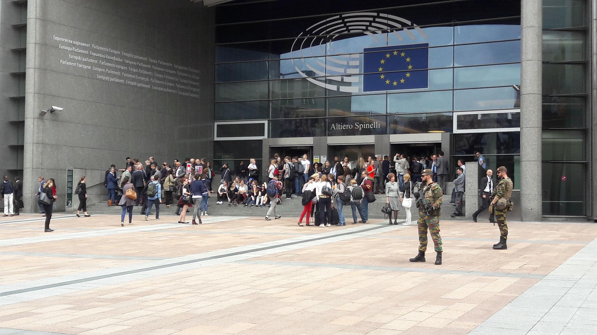 vor dem EU-Parlament, wie überall ist die Armee präsenz