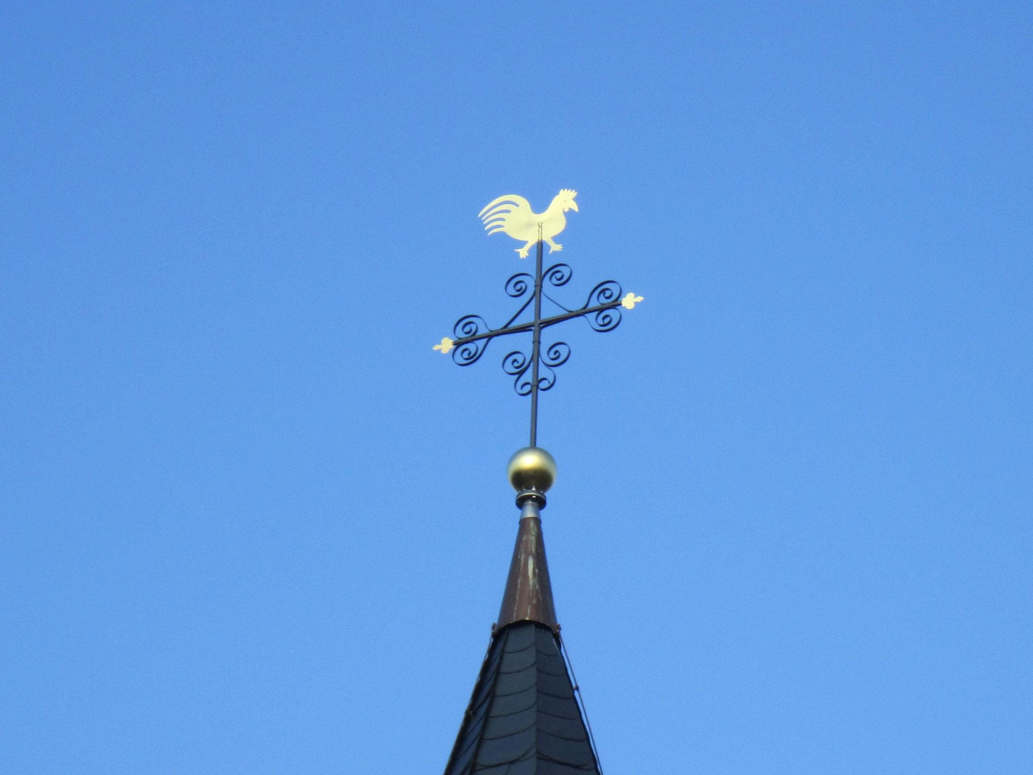 Das neue Turmkreuz mit Wetterhahn auf der Antoniuskapelle