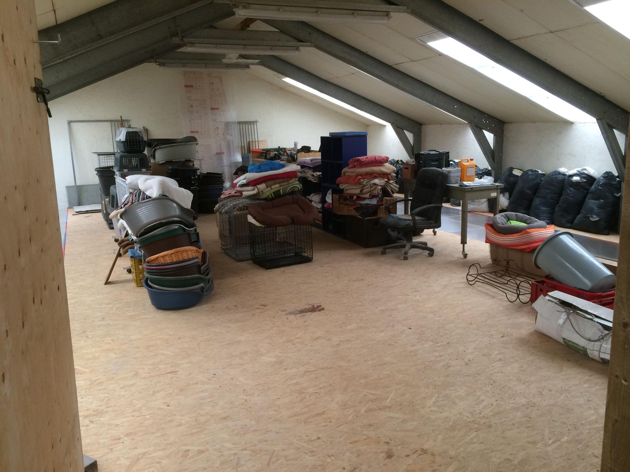 Grosser Lagerraum oberhalb der Zwinger in der Halle. Hier haben wir die Möglichkeiten Körbe, Decken, Transportboxen,... unterzubringen.
