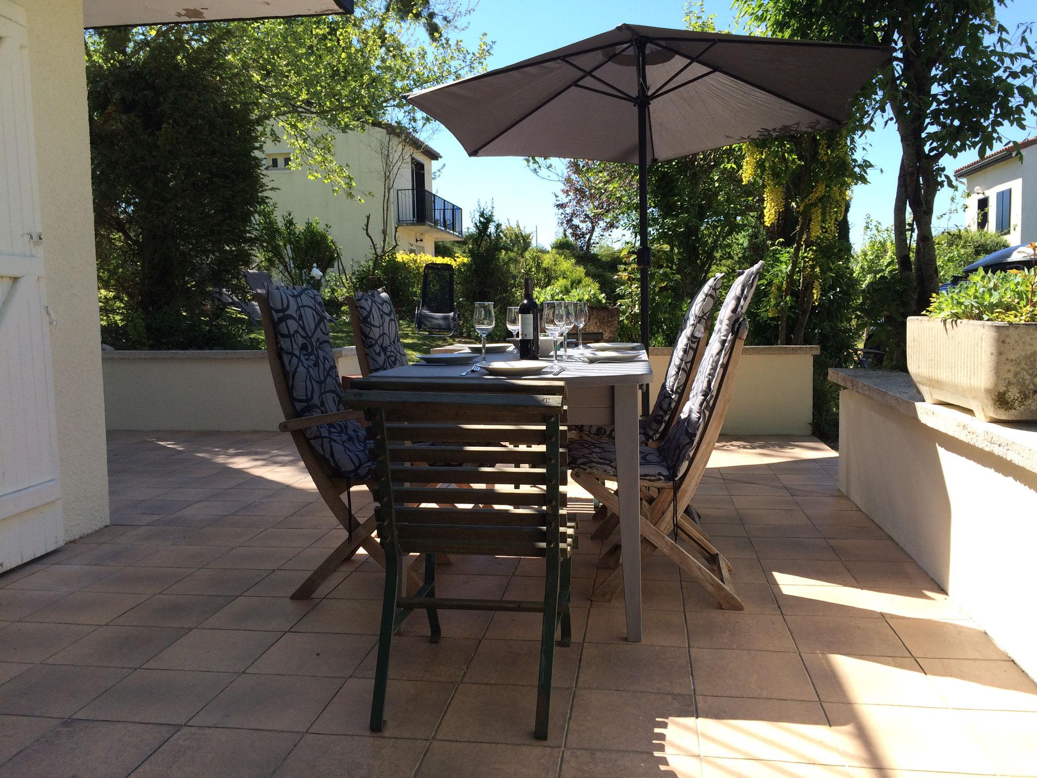 Terras met tafel, stoelen en parasol