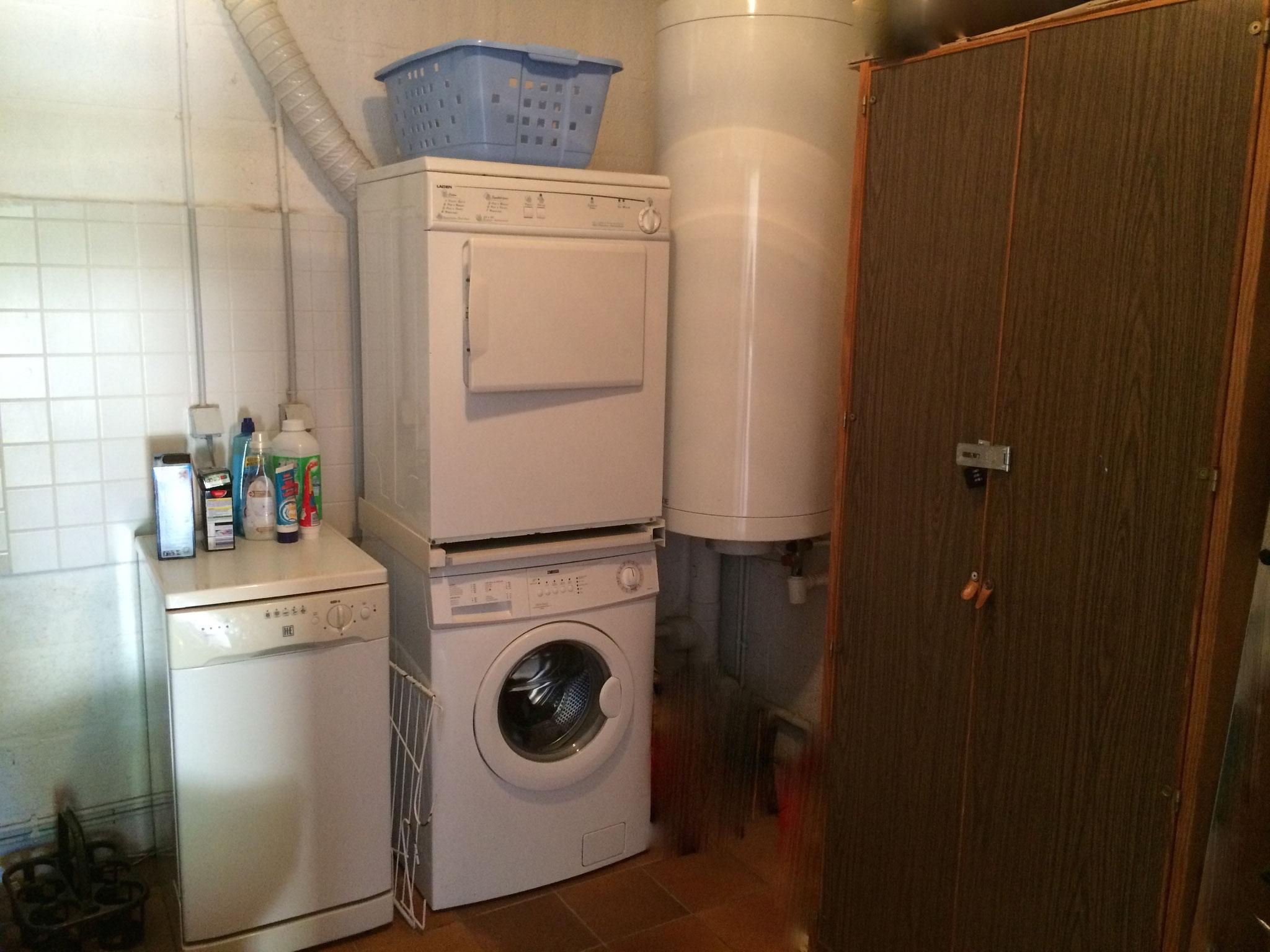 Bijkeuken met apparatuur (wasmachine, droger, afwasmachine, extra koelkast)