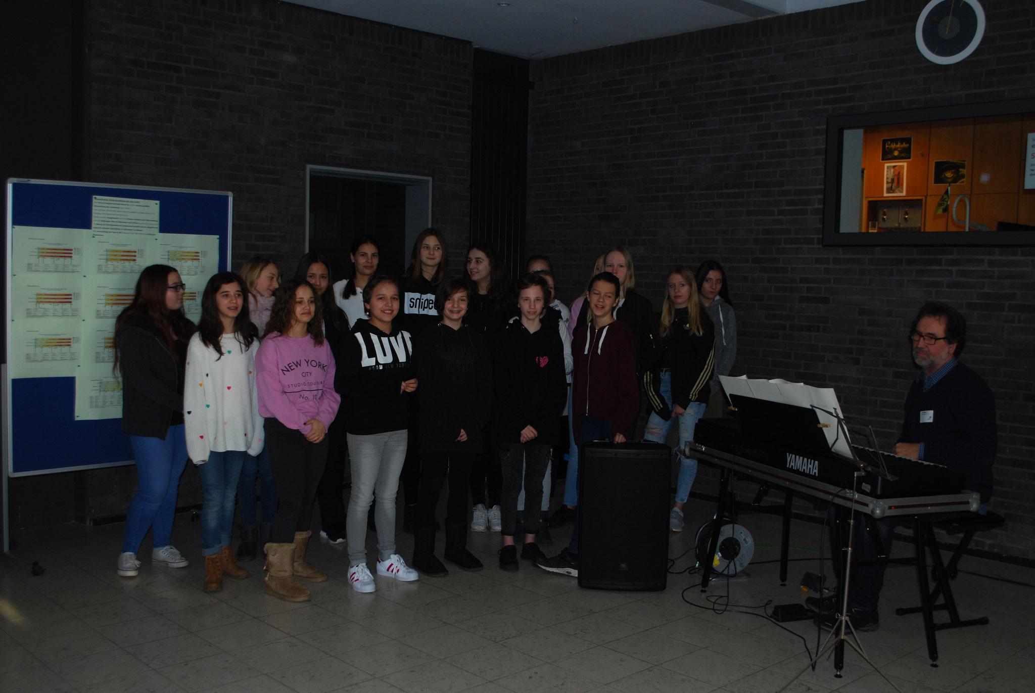 Schulchor: Der Chor der Gesamtschule unter der Leitung von Ralf Kötgen empfing die Viertklässler und ihre Eltern.