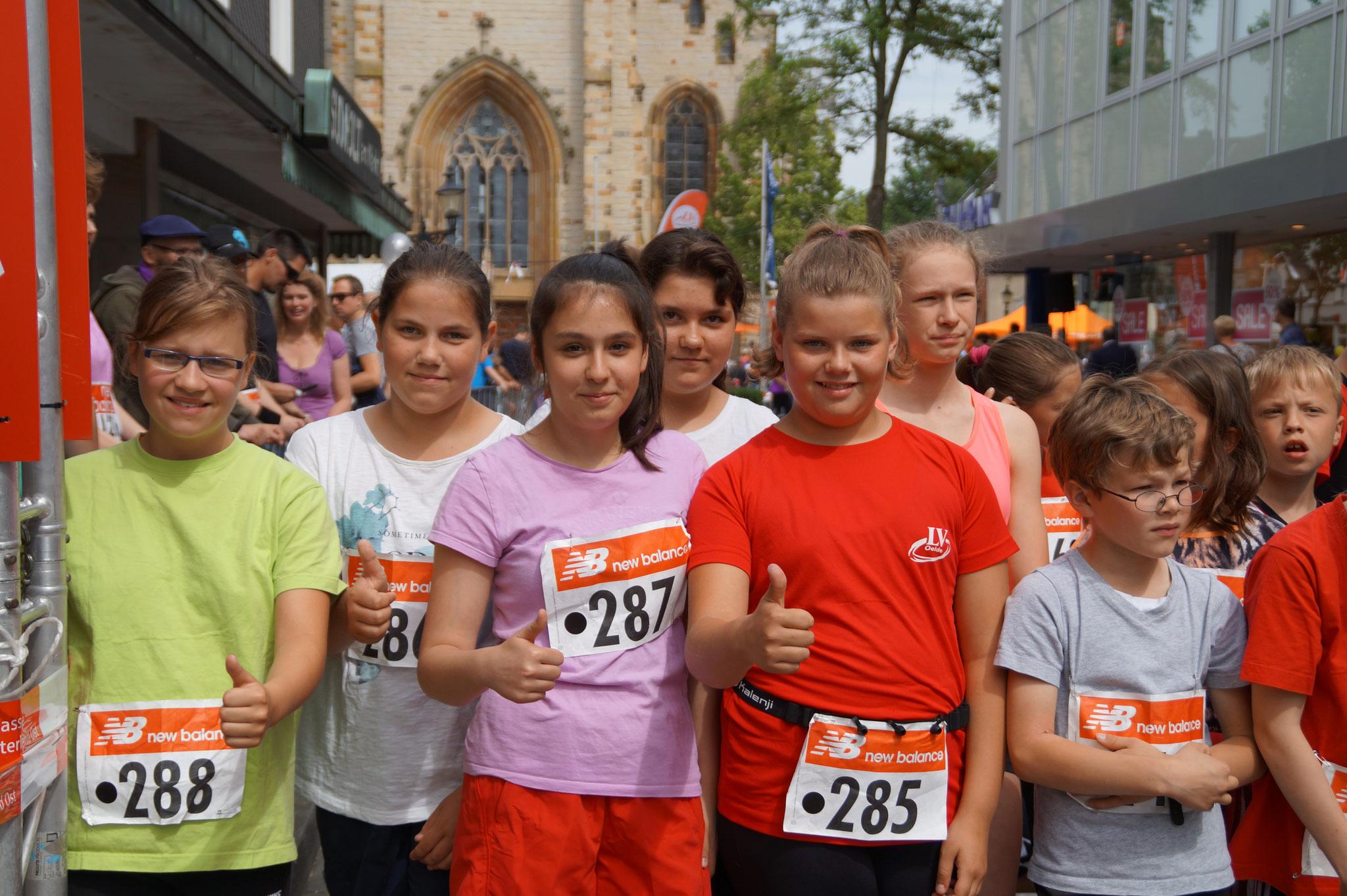 Laura, Isabel, Ece, Sara, Henrike - Start vor den 1500m