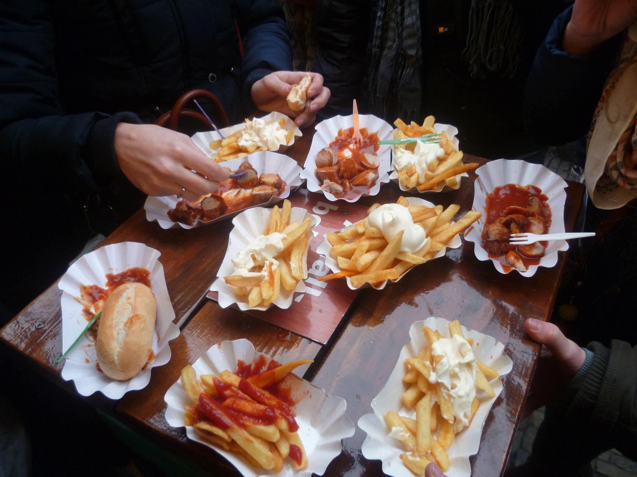 ... mit Pommes und Currywurst für alle!!