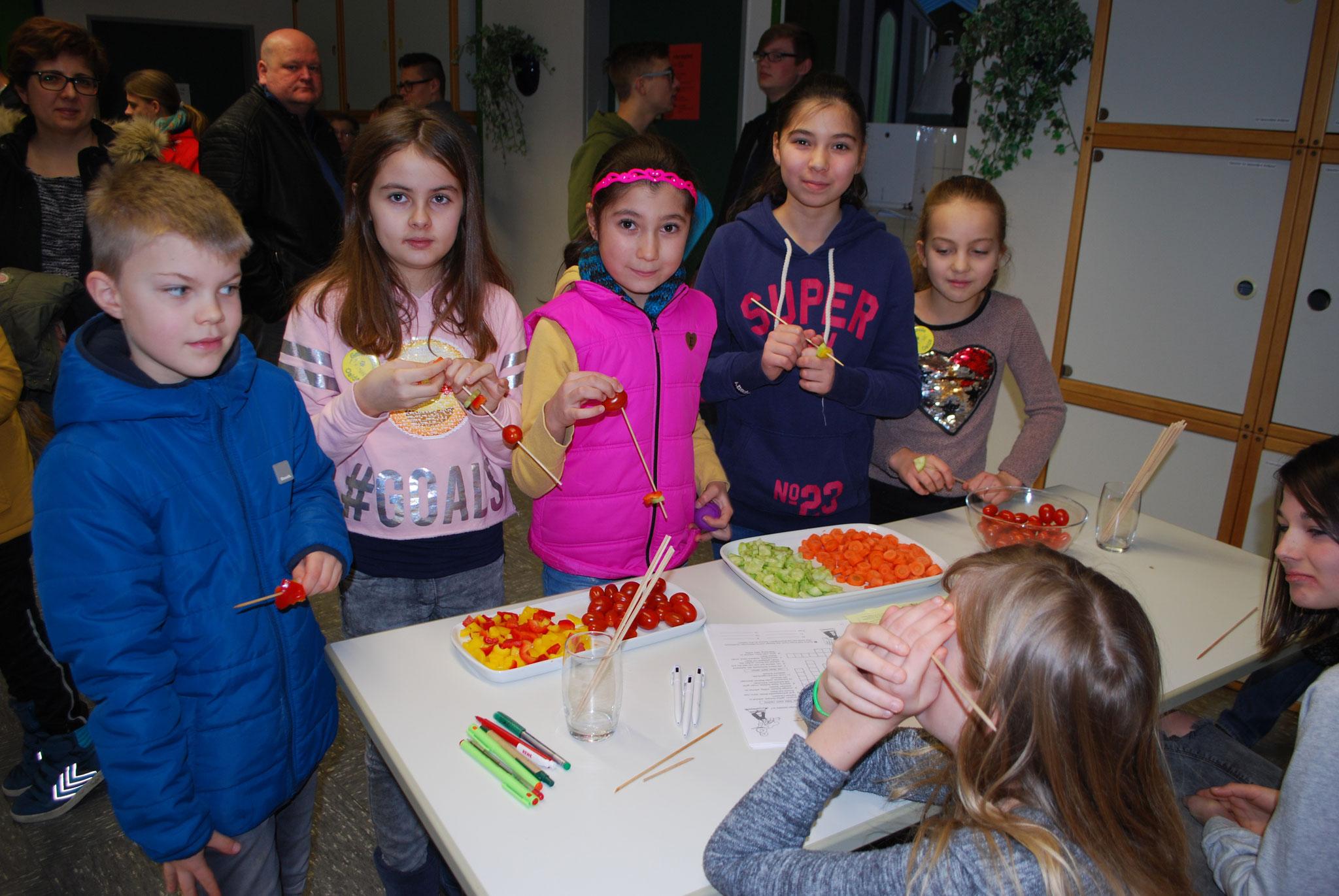 Hauswirtschaft: Viko Schulte, Lena Spenst, Ahsen und Neslihan Yayla sowie Isabel Littau stärken sich mit Gemüsespießen für den weiteren Rundgang.