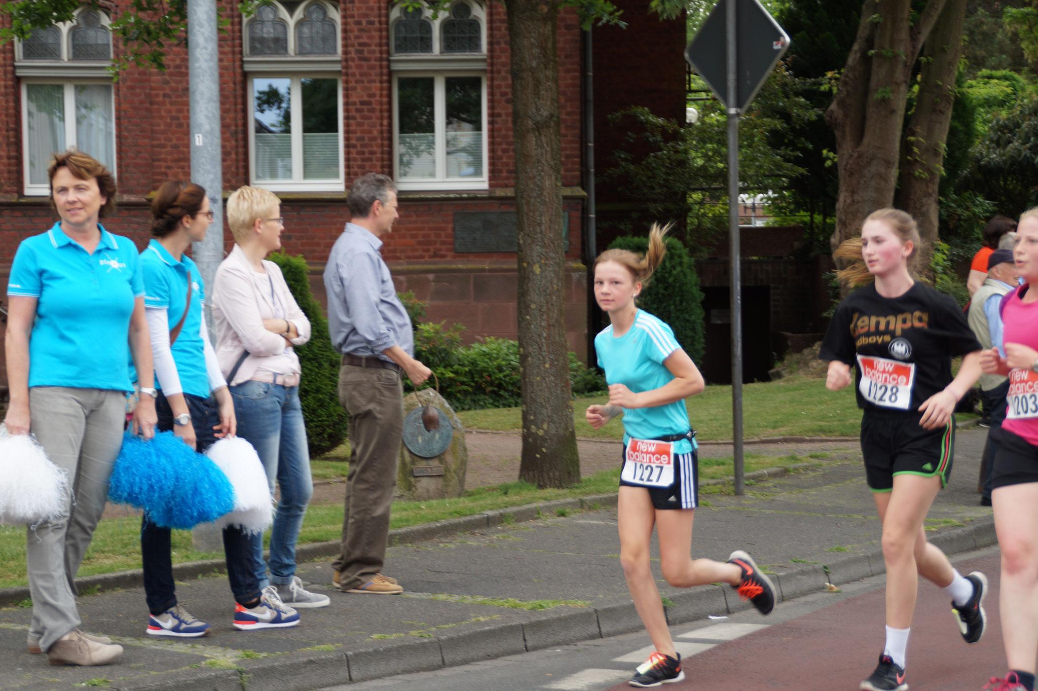 Paula Blinkschneider (1127) und Pia Weber (1228) beim 5km-Lauf