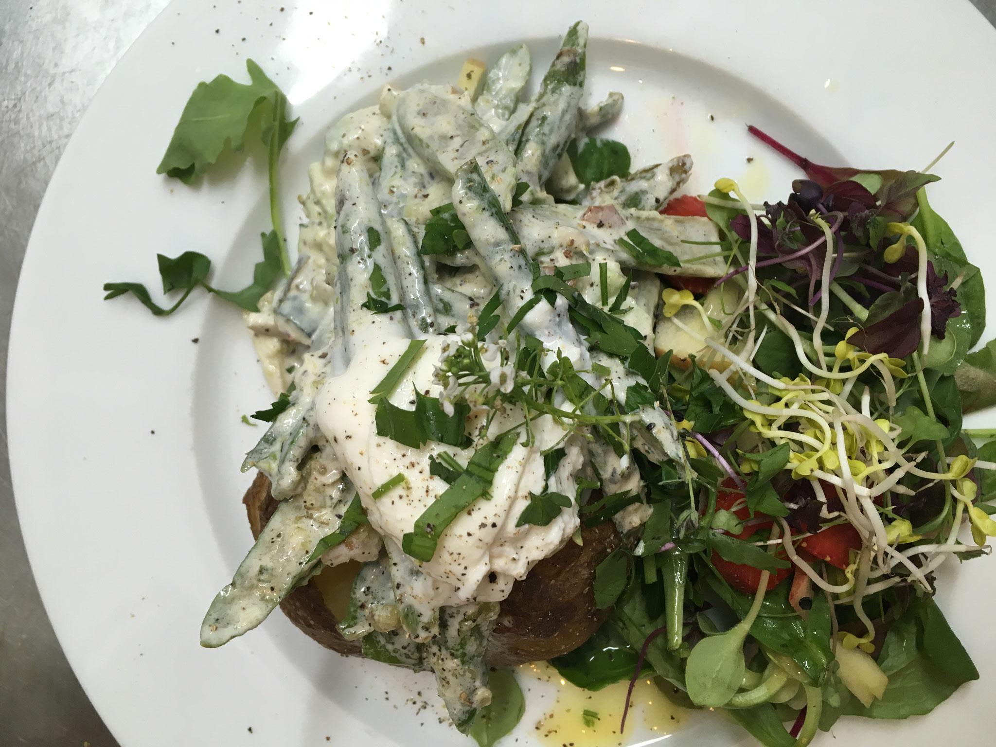 Ofenkartoffel gefüllt mit sommerlichem Salat aus Zuckerschoten, grünem Spargel, Avocado & Burrata, dazu kleiner Salat