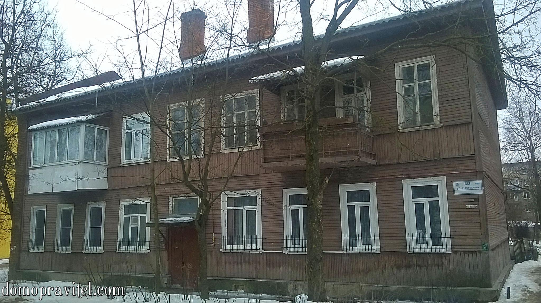 Нестерова 6/8 в Гатчине. Вид с ул. Нестерова. Весна 2018.