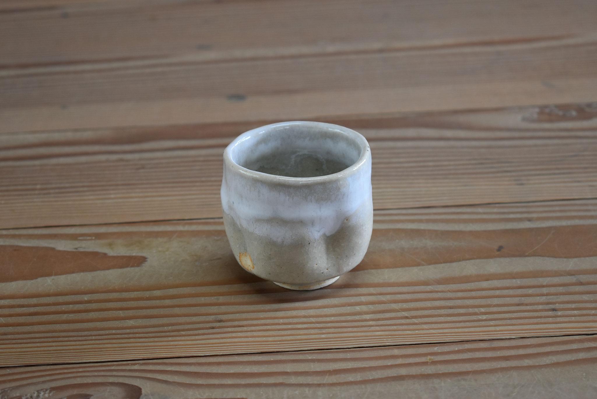 ぐい呑み:白土におふけ釉、口元に白マット釉