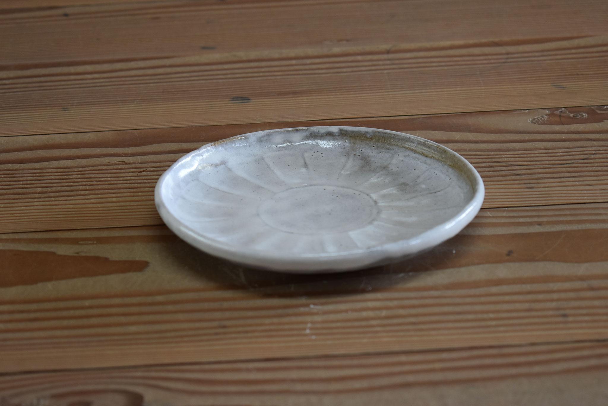 小皿:赤土に菊花びら模様、糠白釉