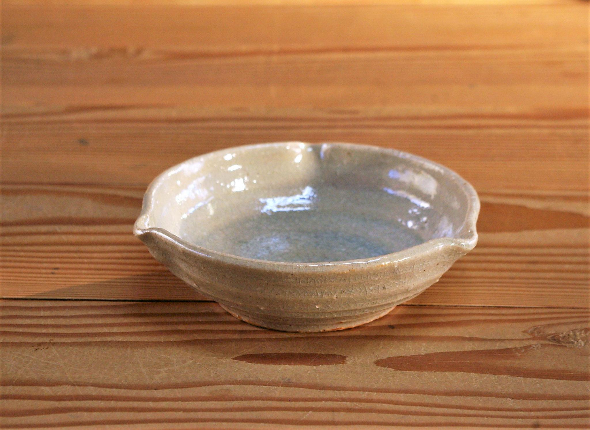 白い小鉢:おふけ釉を施釉