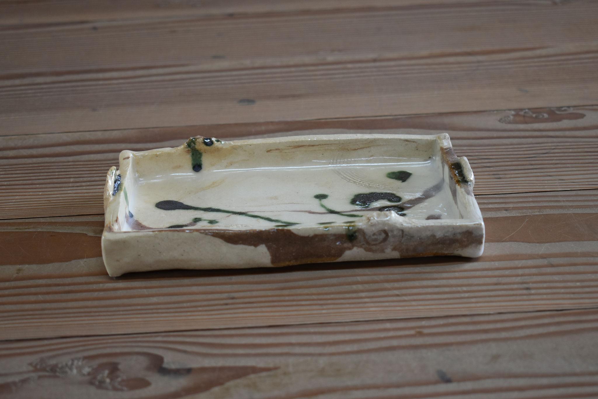 長小皿:白土に部分赤土の練りこみです。釉薬は石灰透明に織部のたらし掛け
