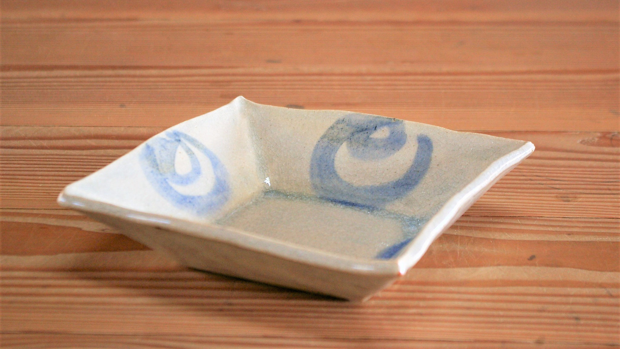 四角い鉢:古代呉須(青い顔料)で模様付けして石灰透明釉を施釉