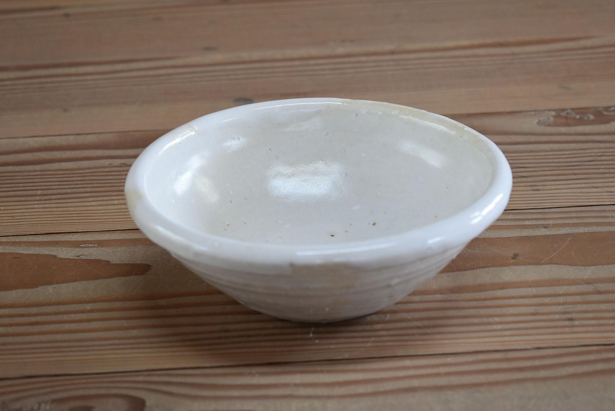 中鉢:粗い白土に白マット釉