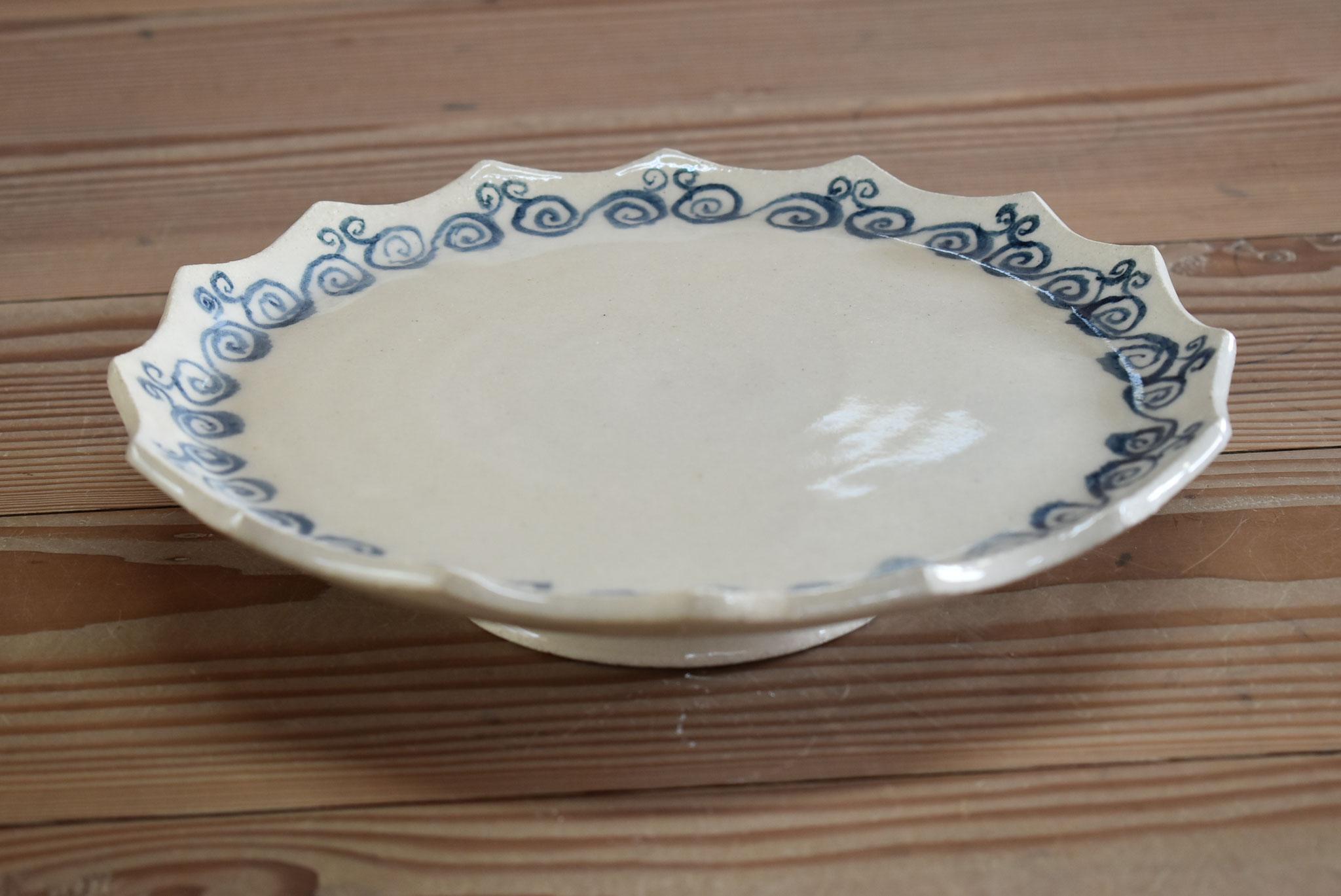 台付飾り皿:白土に石灰透明、模様は古代呉須で筆描き