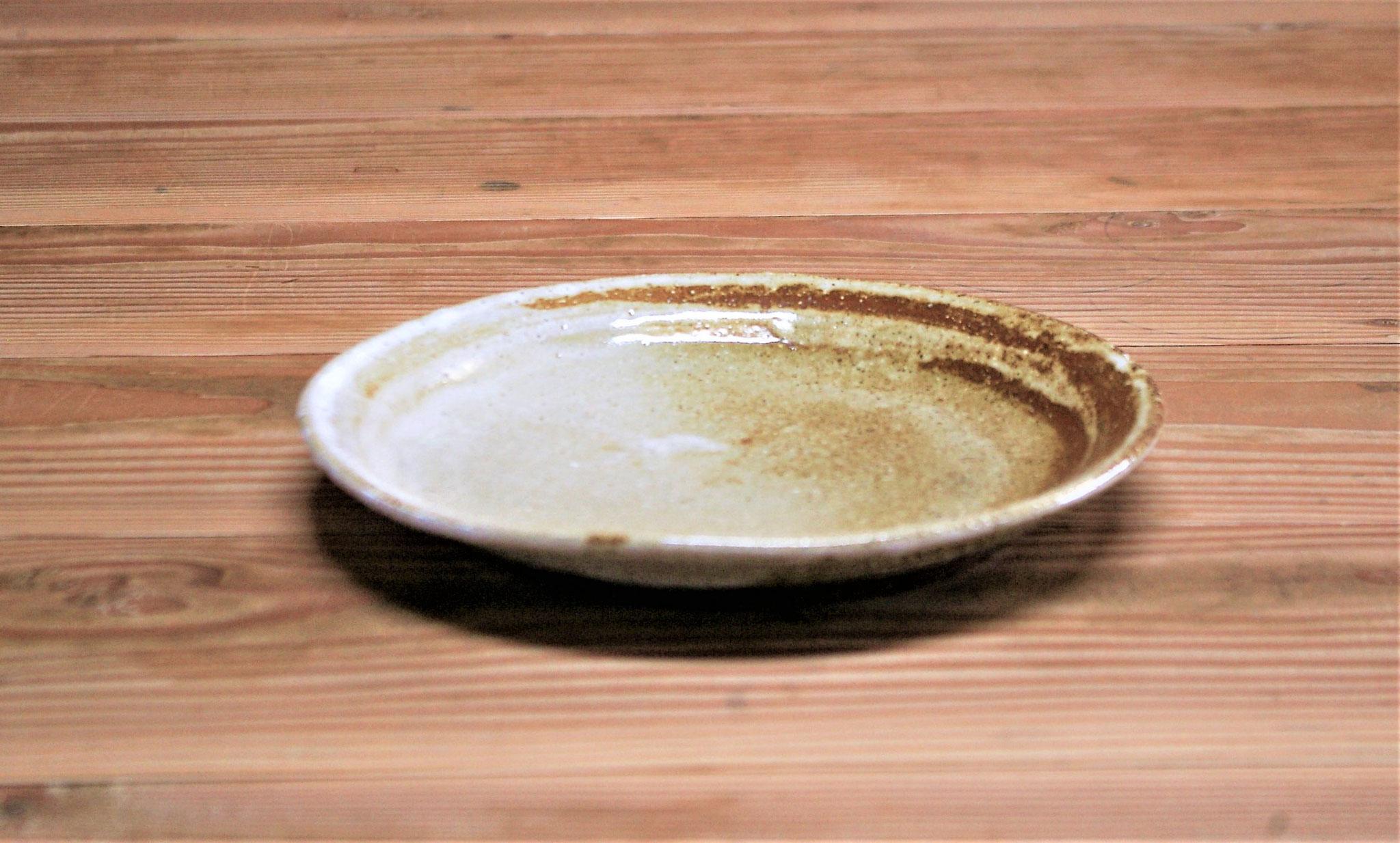 やや深い中皿  施釉:内側に白マット、外側に薄い黄瀬戸