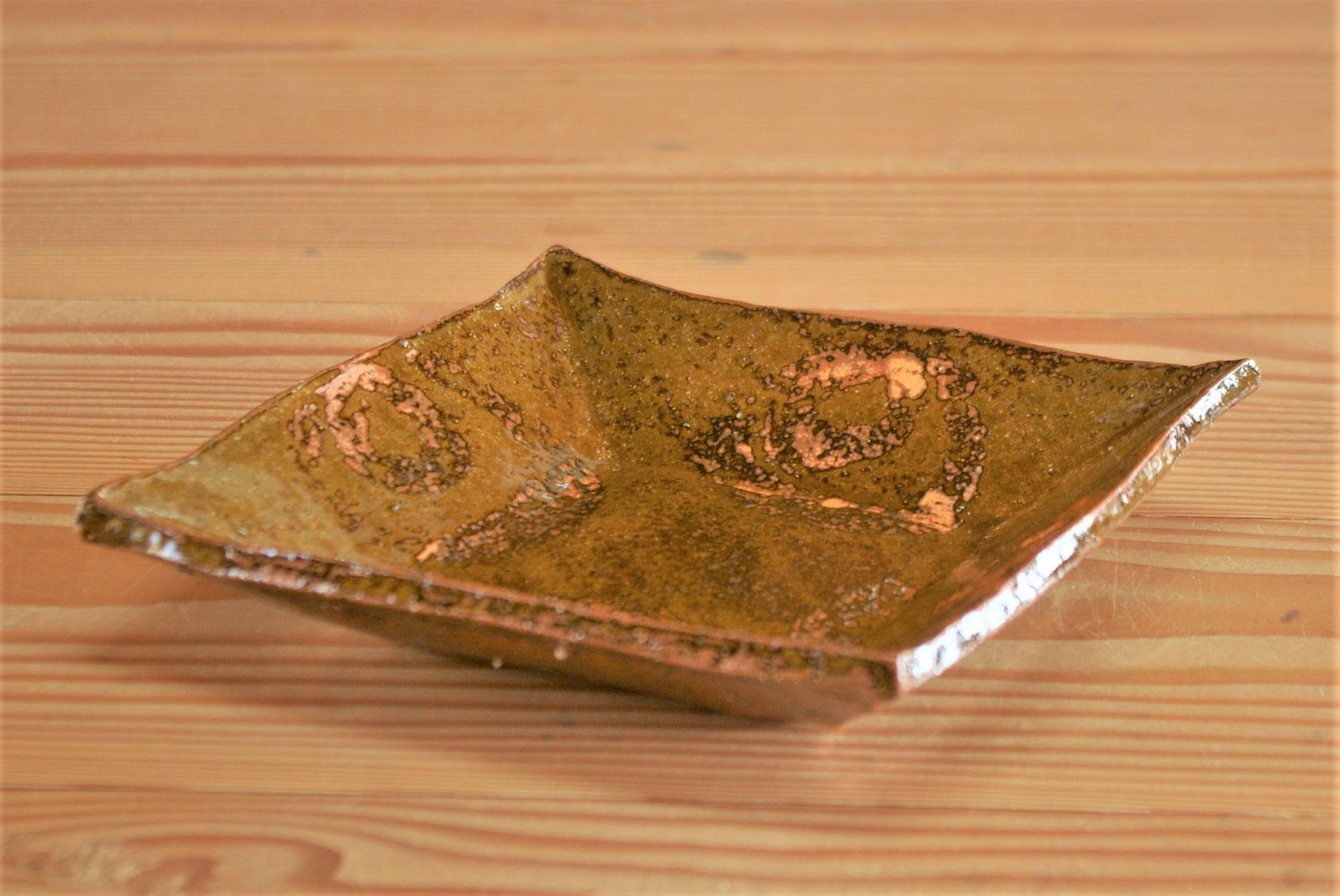 四角い鉢:鬼板(茶色顔料)で模様付けしてその上に撥水を重ね書きし、黄瀬戸釉を施釉