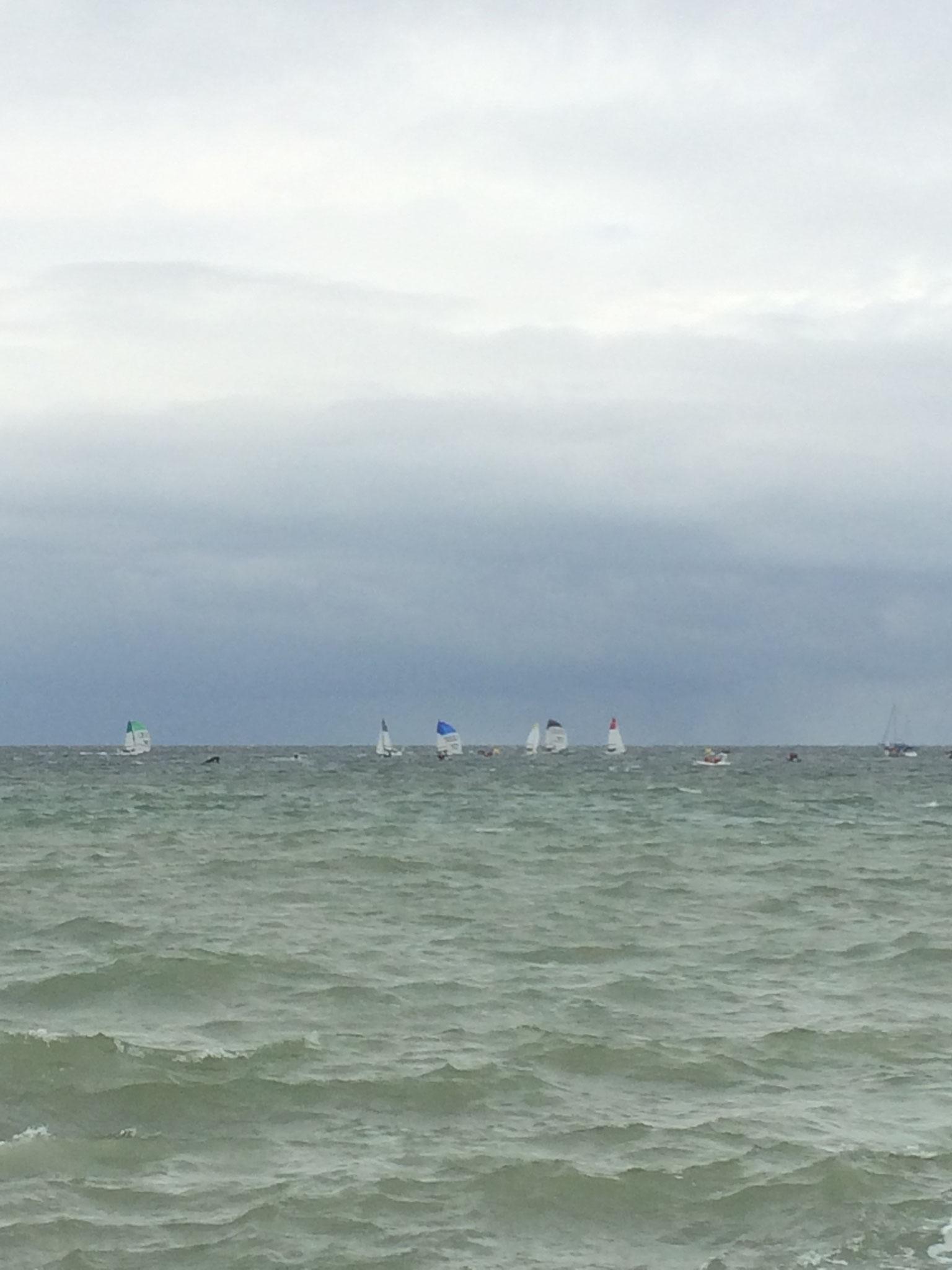 Das Regattafeld vor dem Strand