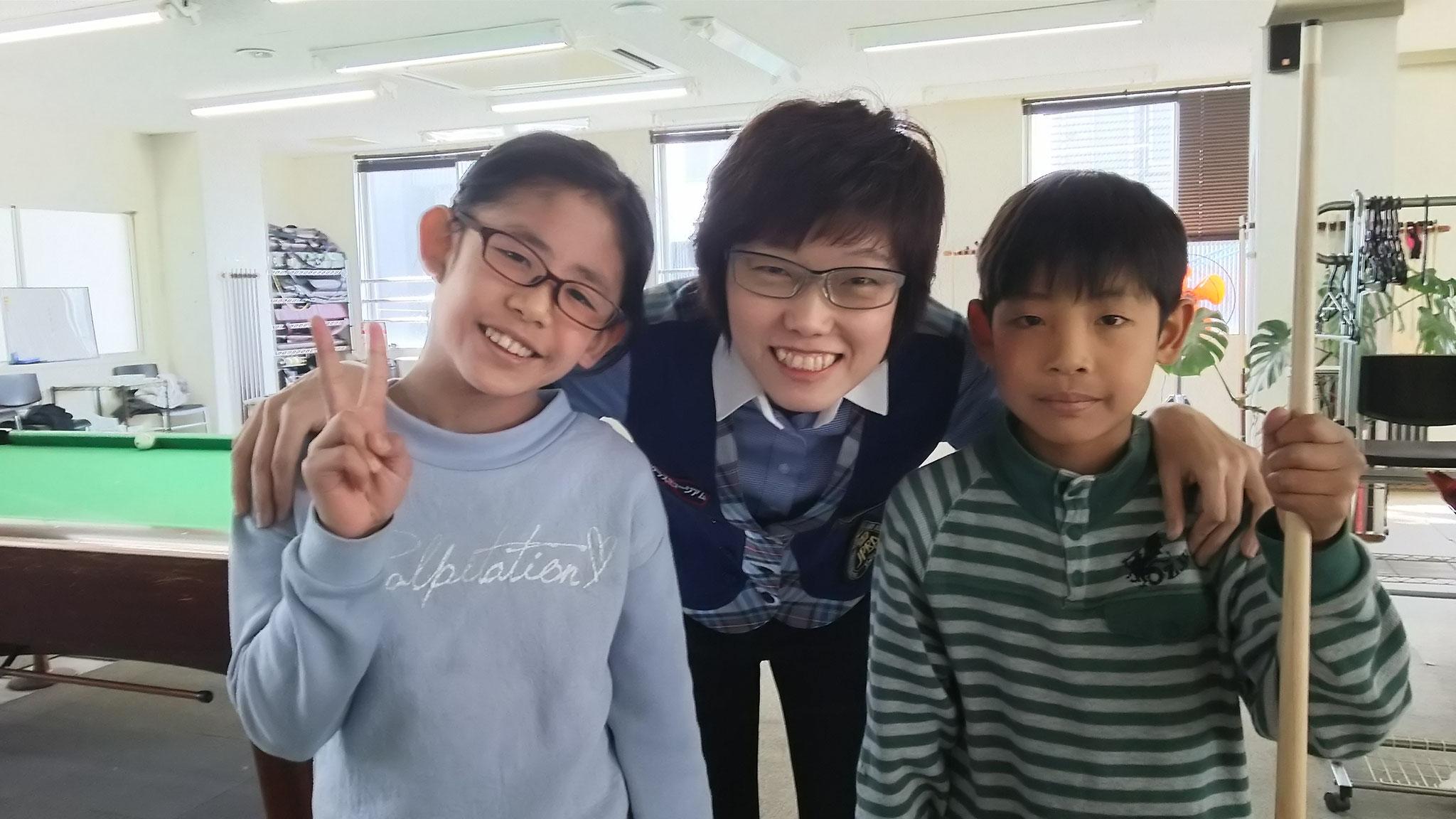 小学生の姉弟、熱心にレッスンを受けていました