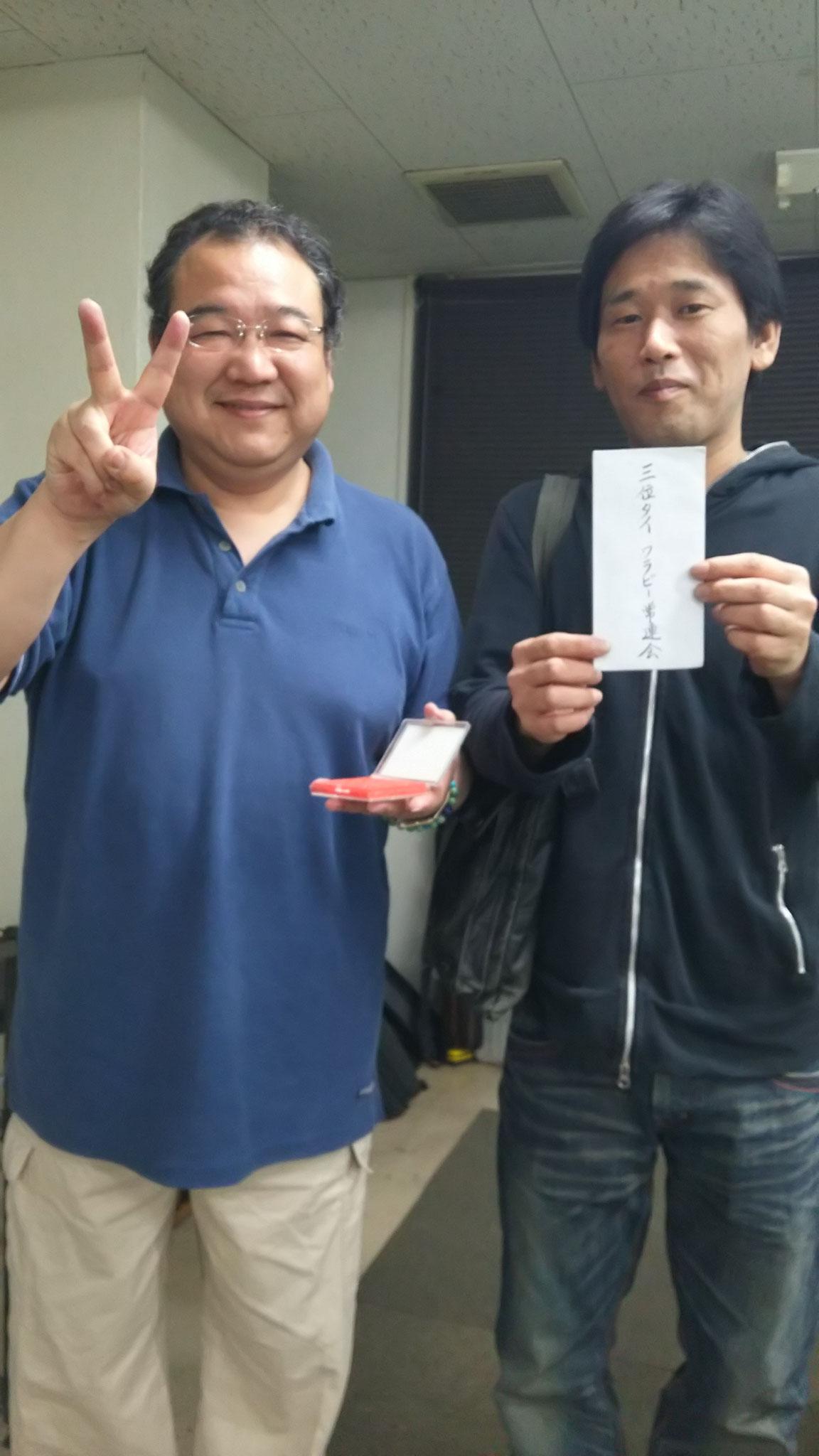 お酒を差し入れてくださった吉村さんと、電話対応で表彰式不在だった剛一朗