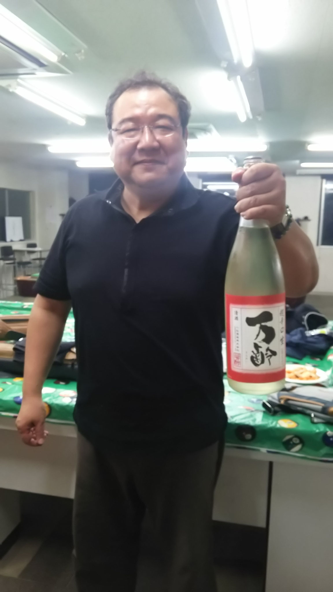 𠮷村さん、ほんまいつもすんません。今回のお酒は、佐賀県の万齢という物。超辛口。冷やして飲むとちょうど良く先月のお酒より美味しいなぁと皆で品評会になりました。ありがとうございました。