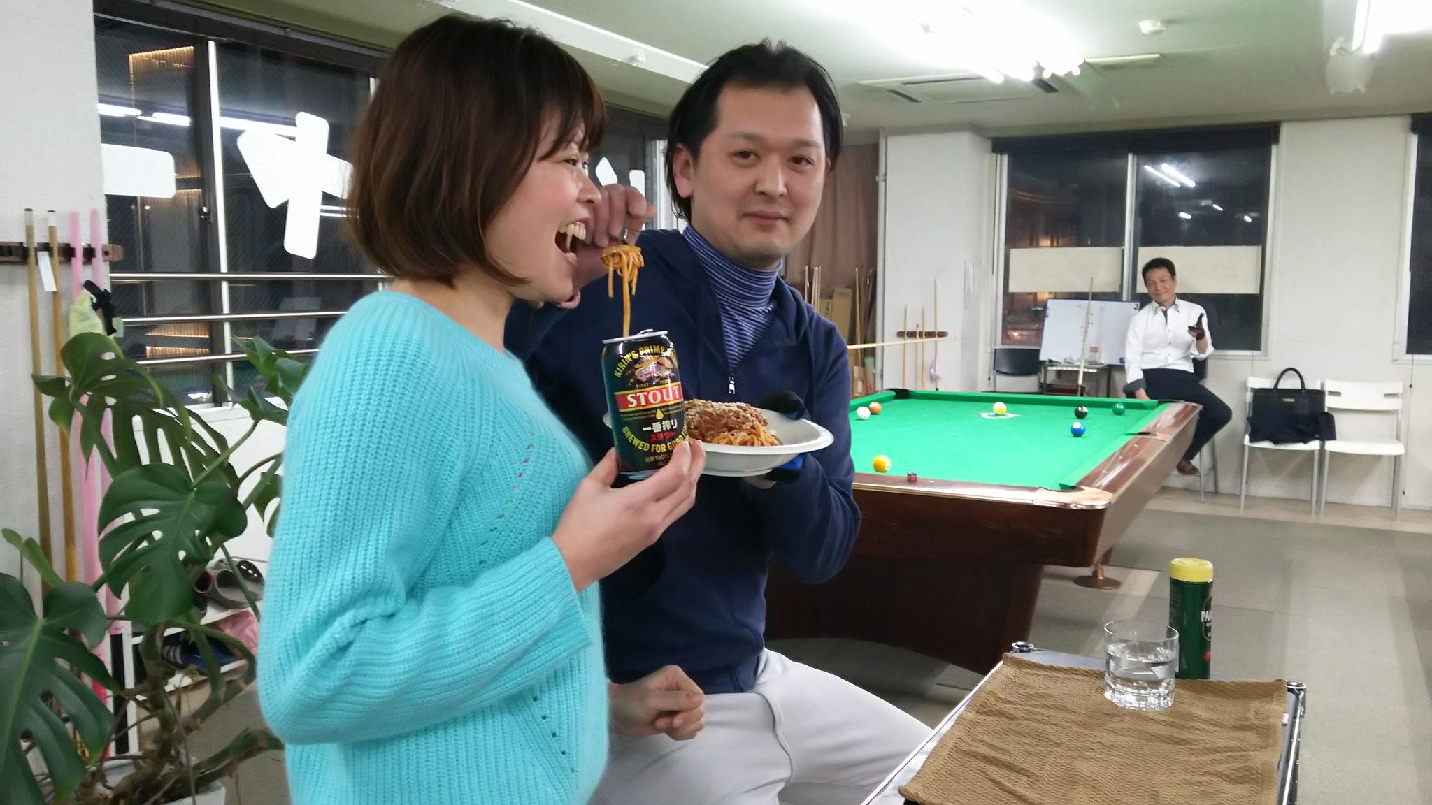 純子ミートスパを食べる中野くん? と、あちらのお客様(オックンダー)からの黒ビールを飲む、かよちゃん。