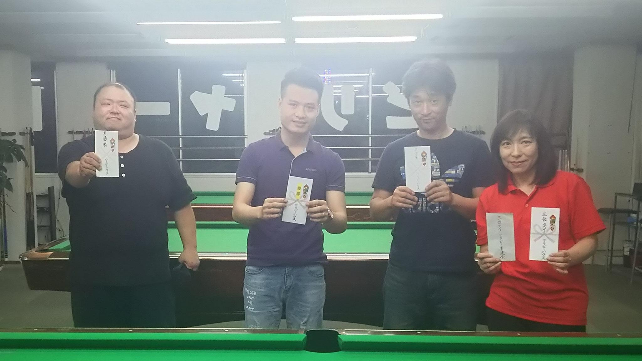 左から、吉崎さん(敗者側優勝)、タン君(優勝)、道正さん(準優勝)、工藤君と剛一郎の3位タイの賞金袋を持つ私