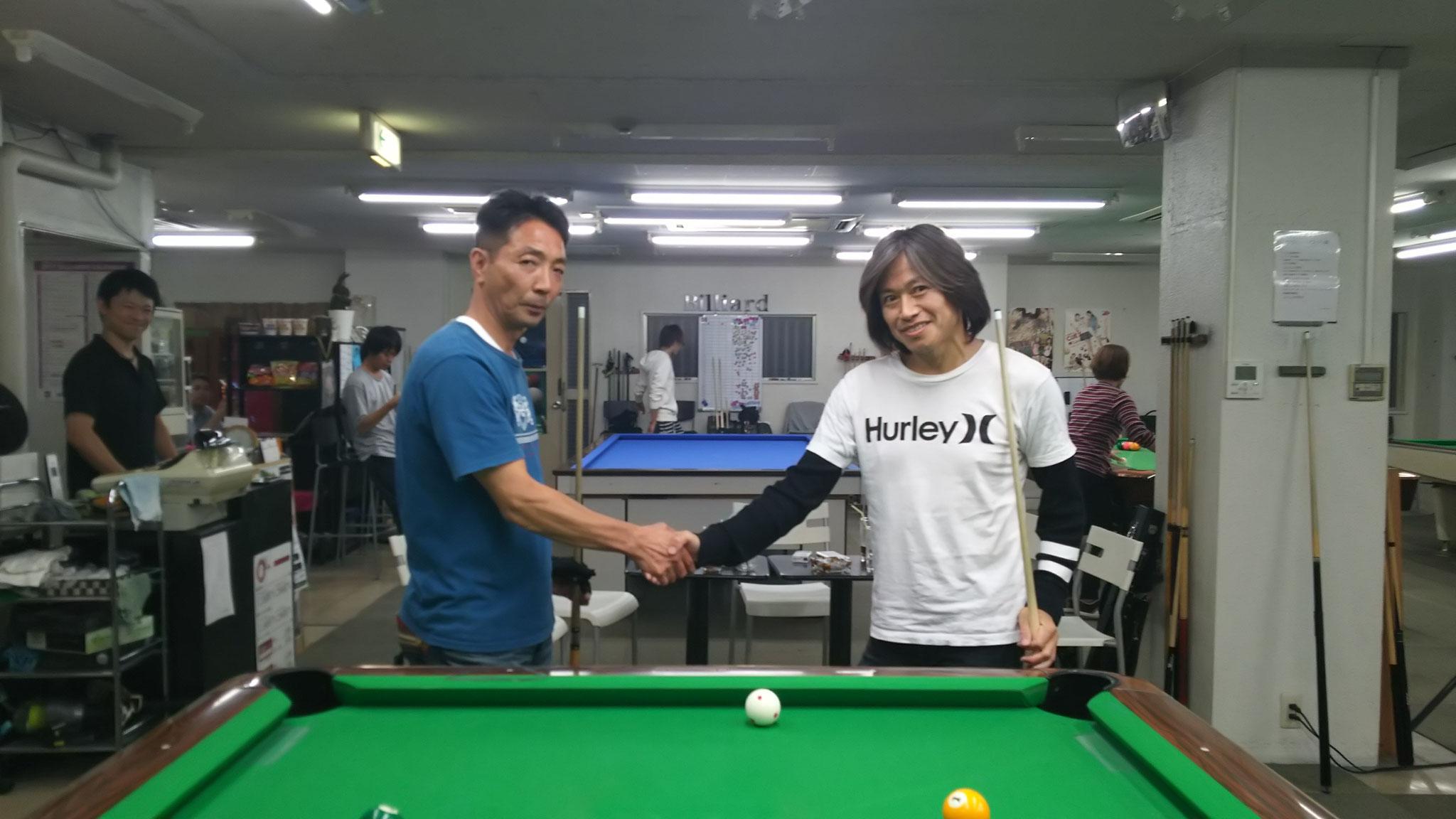 決勝戦前の固い握手 松木さん&加藤さん