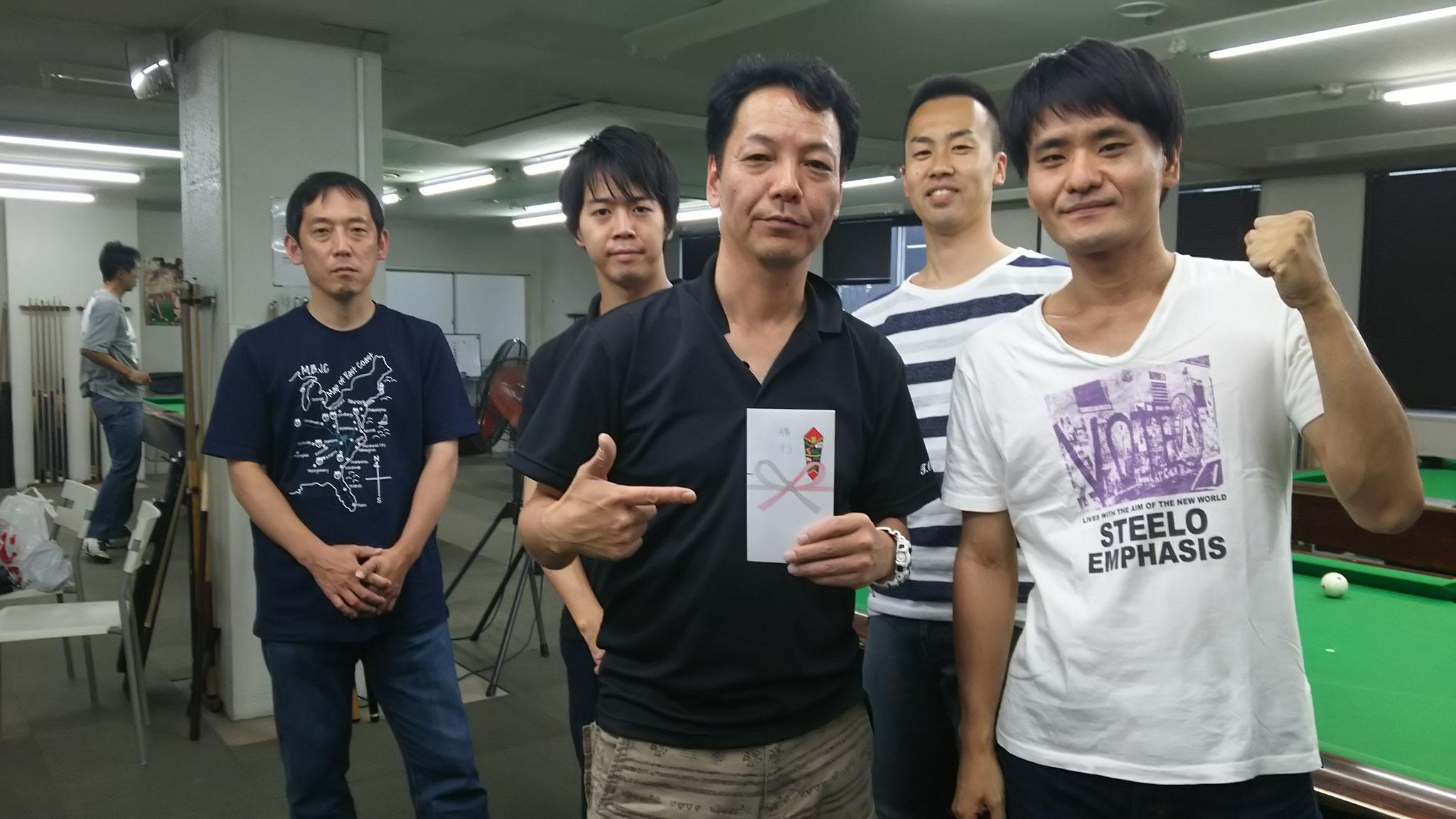 左から、鈴木さん、高畑さん、奥田さん、和巻さん、竹原さん、勝利チーム賞ゲット!