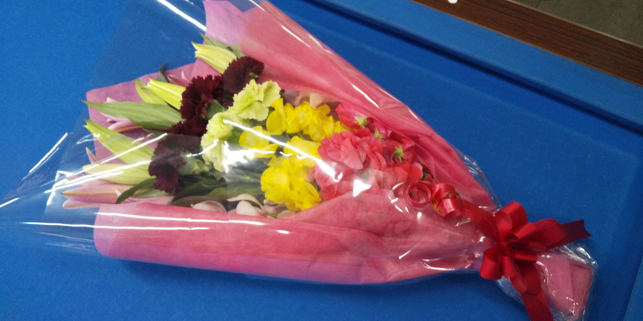 大きな花束を抱えて来店