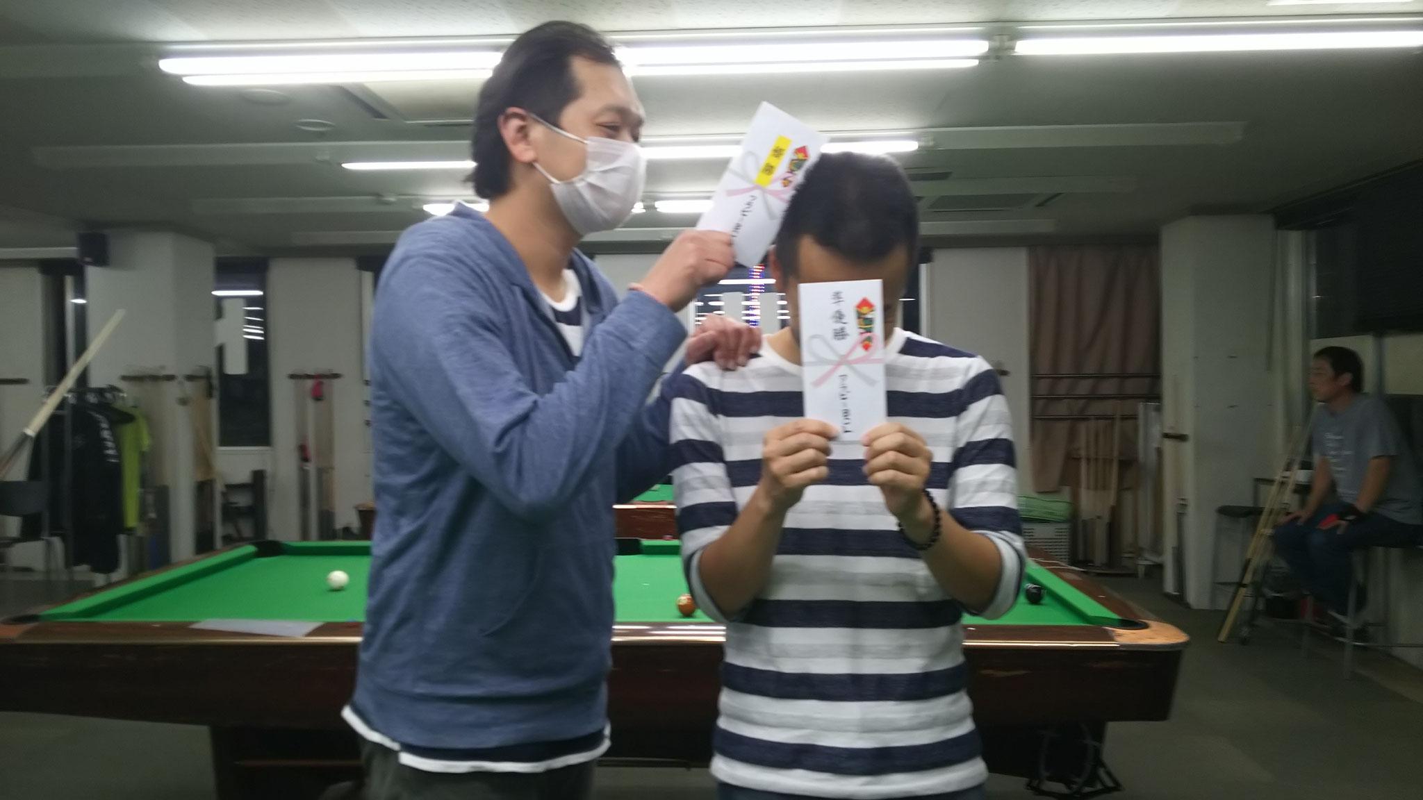 中野君の勝利 右後方に3位タイ鈴木さん