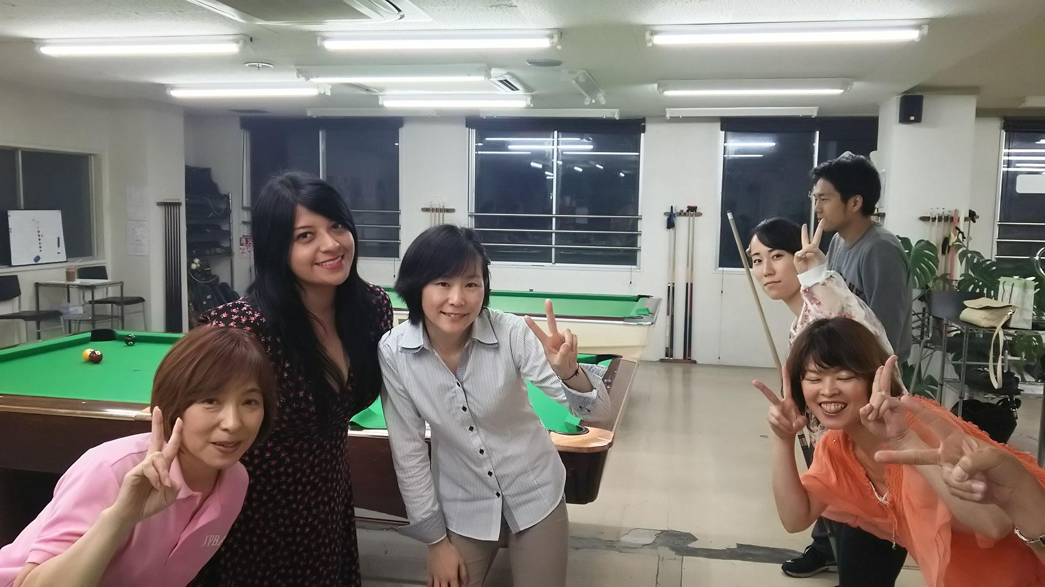 ワラビー女子5人(左から、ツッチー、ハエル、周子、りさ、かよ、ついでに三輪君)。みんな写真撮られなれてる?実物よりすこし可愛くなってます。ただ、一人だけ目開いてませんけど。。