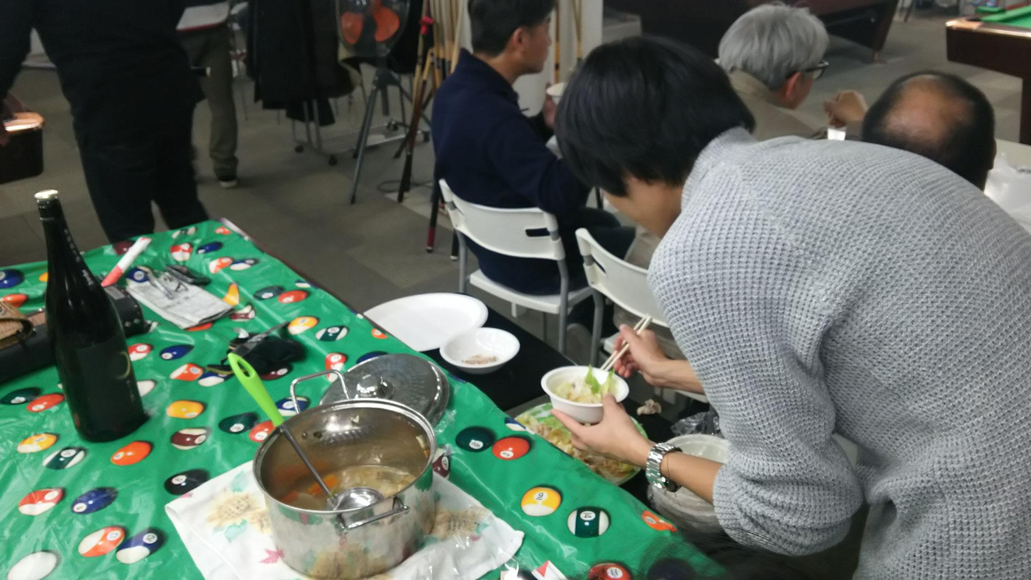 徳永君の食事をアサル風景
