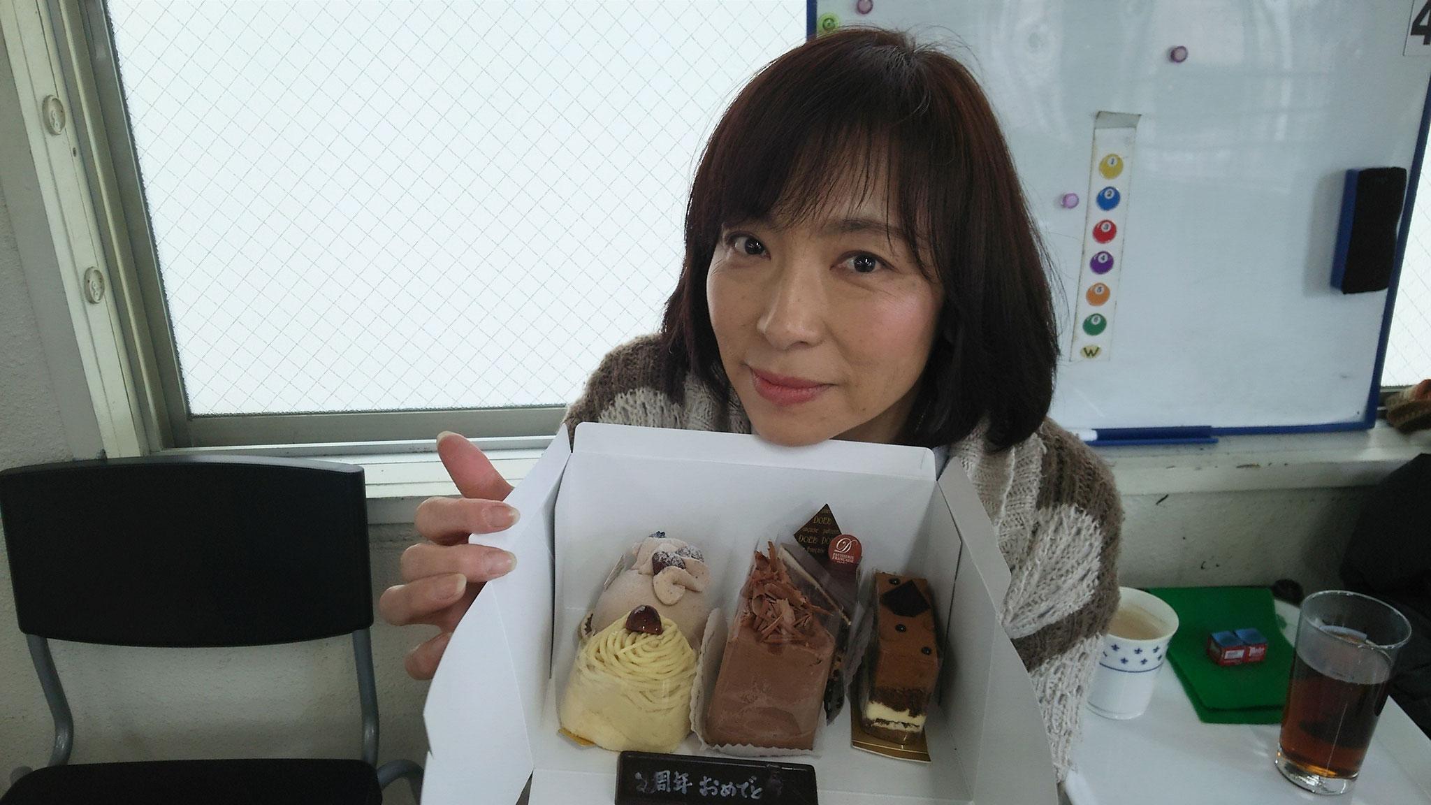 渡辺さんからのお祝いは、大好きなチョコケーキ。どれから食べようかな。