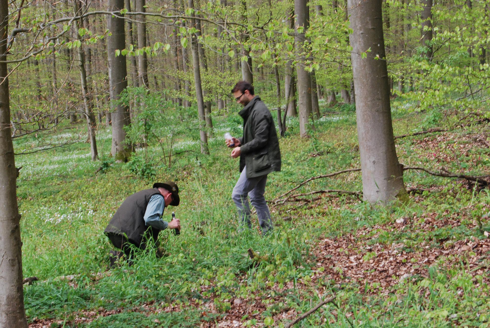 Andreas Deeg und Kursteilnehmer Jan Wennemuth bereiten den Übungsparcours für den nächsten Hund vor.