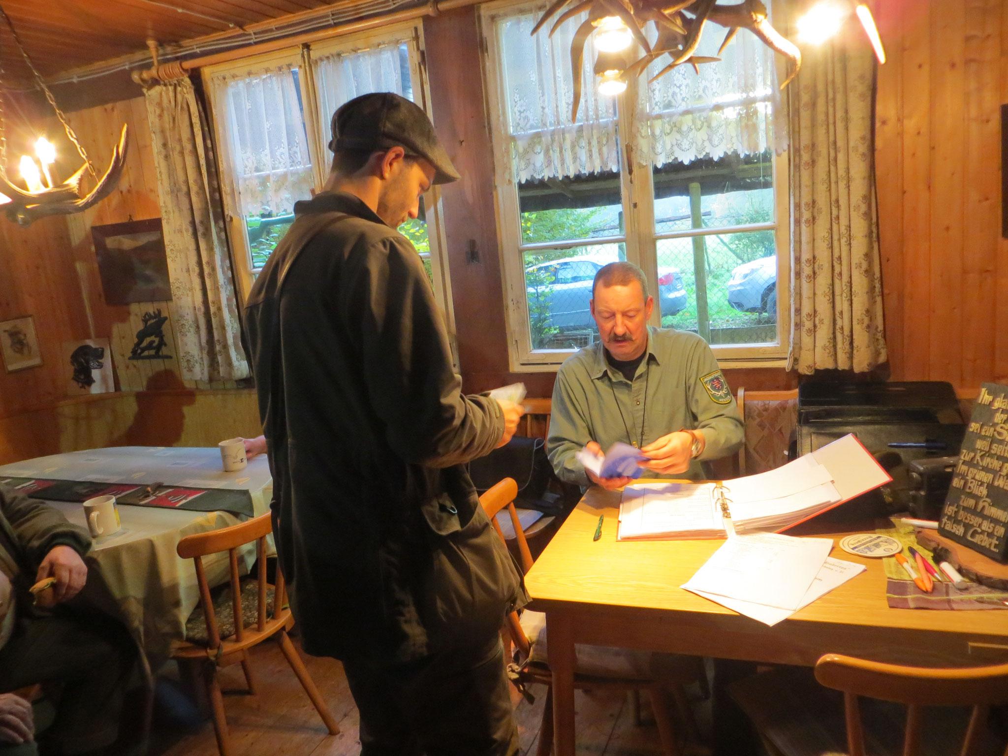 Prüfungsleiter Andreas Deeg überprüft die Papiere.