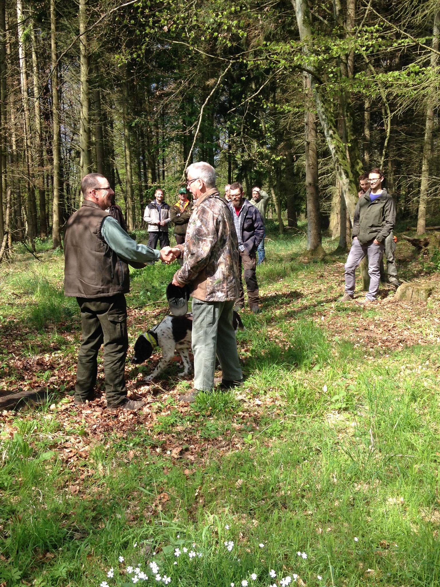 Andreas überreicht Bernhard den Schützenbruch.